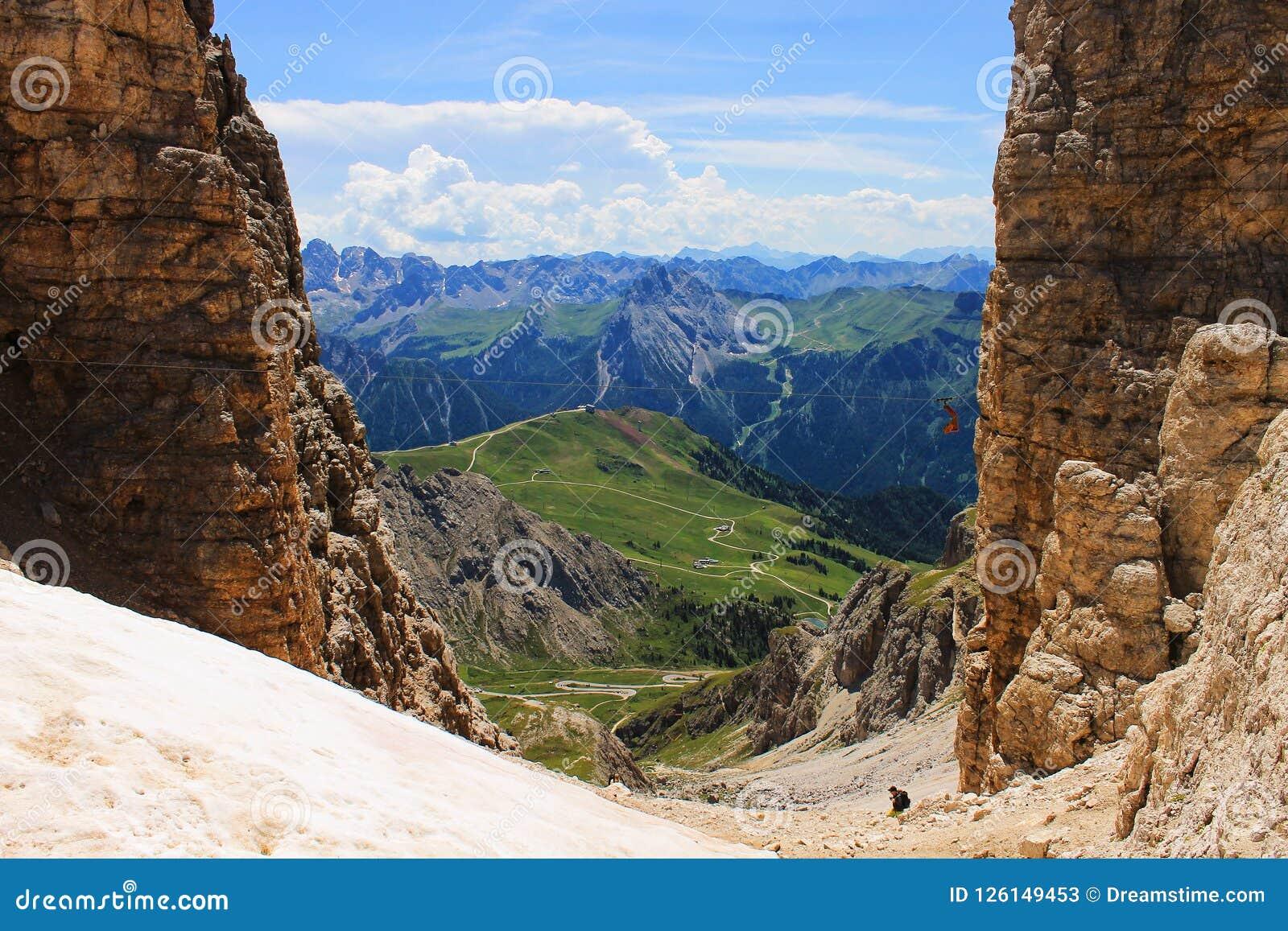 Vista perfeita do Sass Pordoi a Nuvolau em Dolomiti, UNESCO do parque nacional