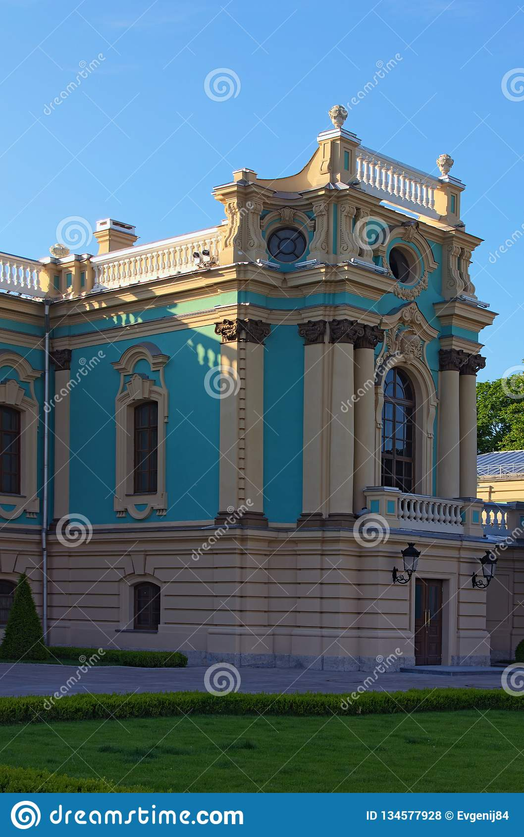 Vista pintoresca del flugel correcto del palacio de Mariyinsky Palacio barroco en el banco montañoso del río de Dnipro