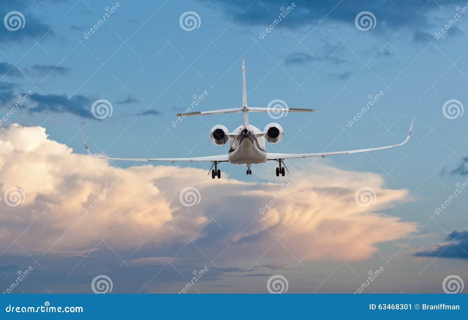 Vista posterior de un aterrizaje del jet privado