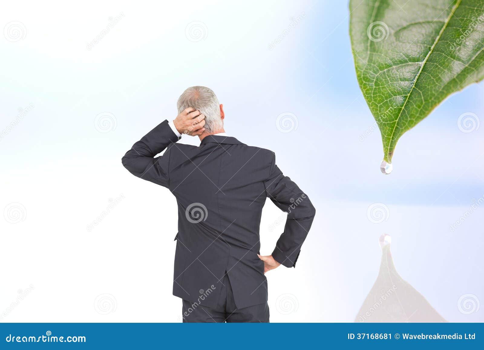 Vista posterior del hombre de negocios maduro dudoso