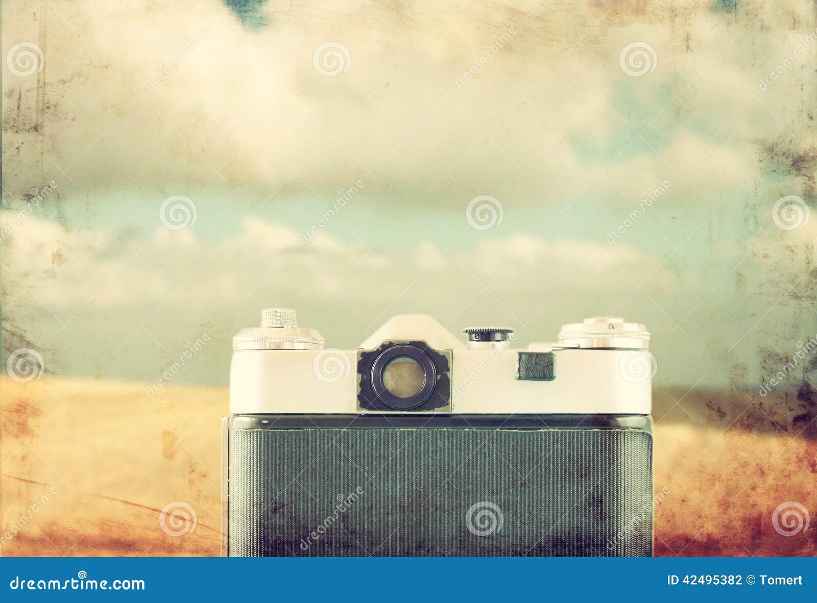 Vista posteriore di vecchia macchina fotografica in mare anteriore immagine filtrata annata