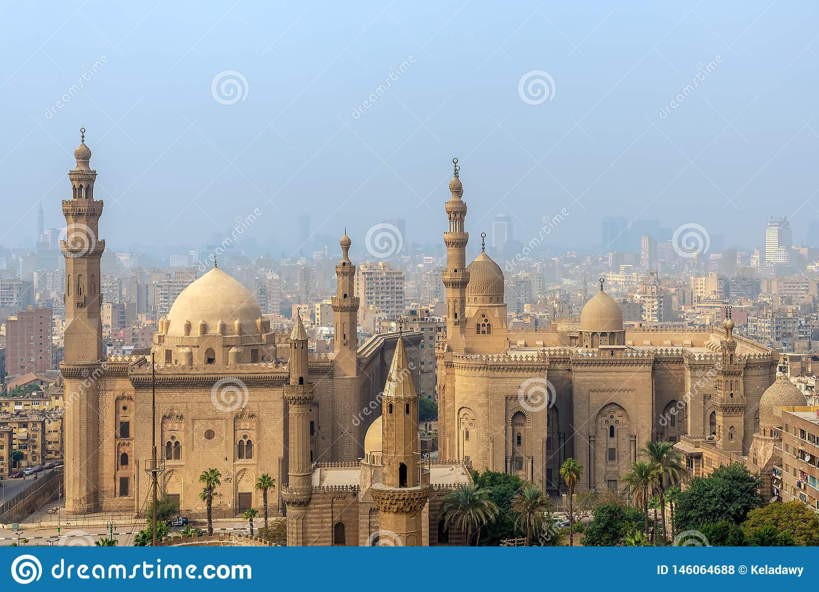 Vista a?rea da cidade do Cairo da citadela do Cairo com Al Sultan Hassan e Al Rifai Mosques, o Cairo, Egito