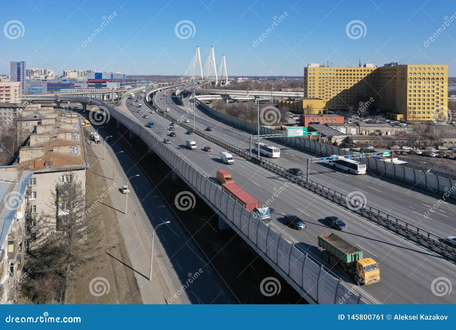 Vista a?rea da estrada de anel ? proximidade da ponte cabo-ficada