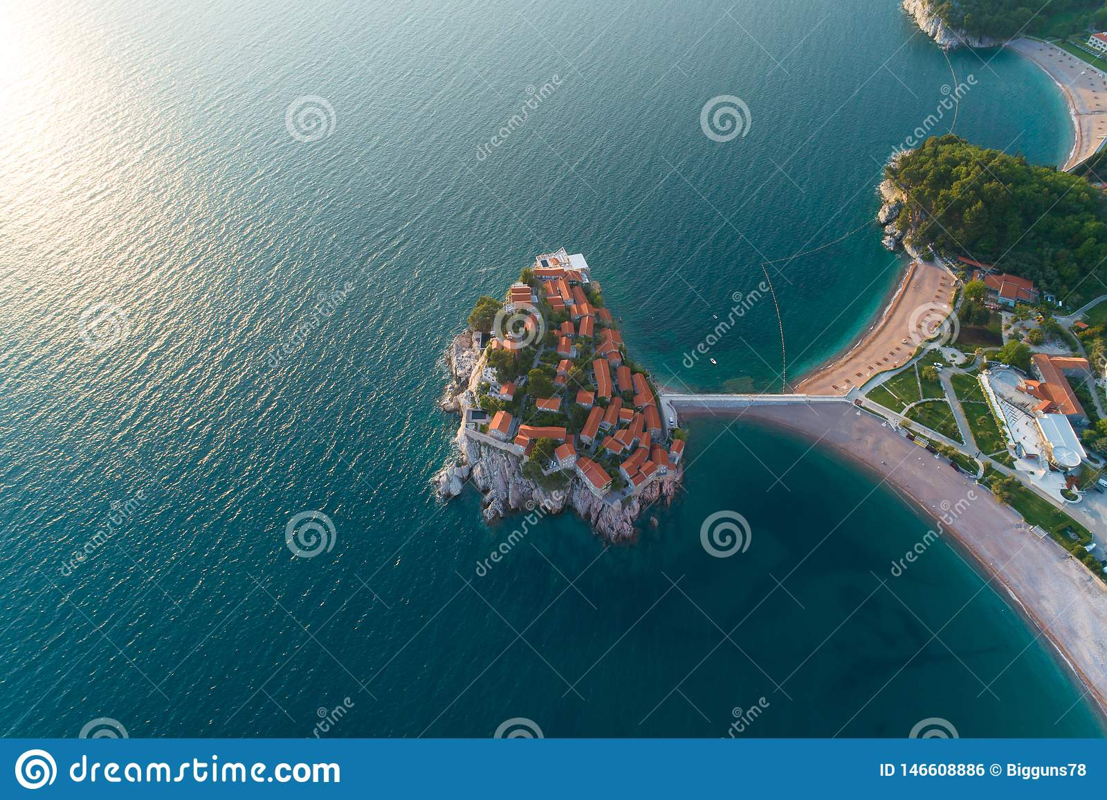 Vista a?rea de la isla de Sveti Stefan en Budva