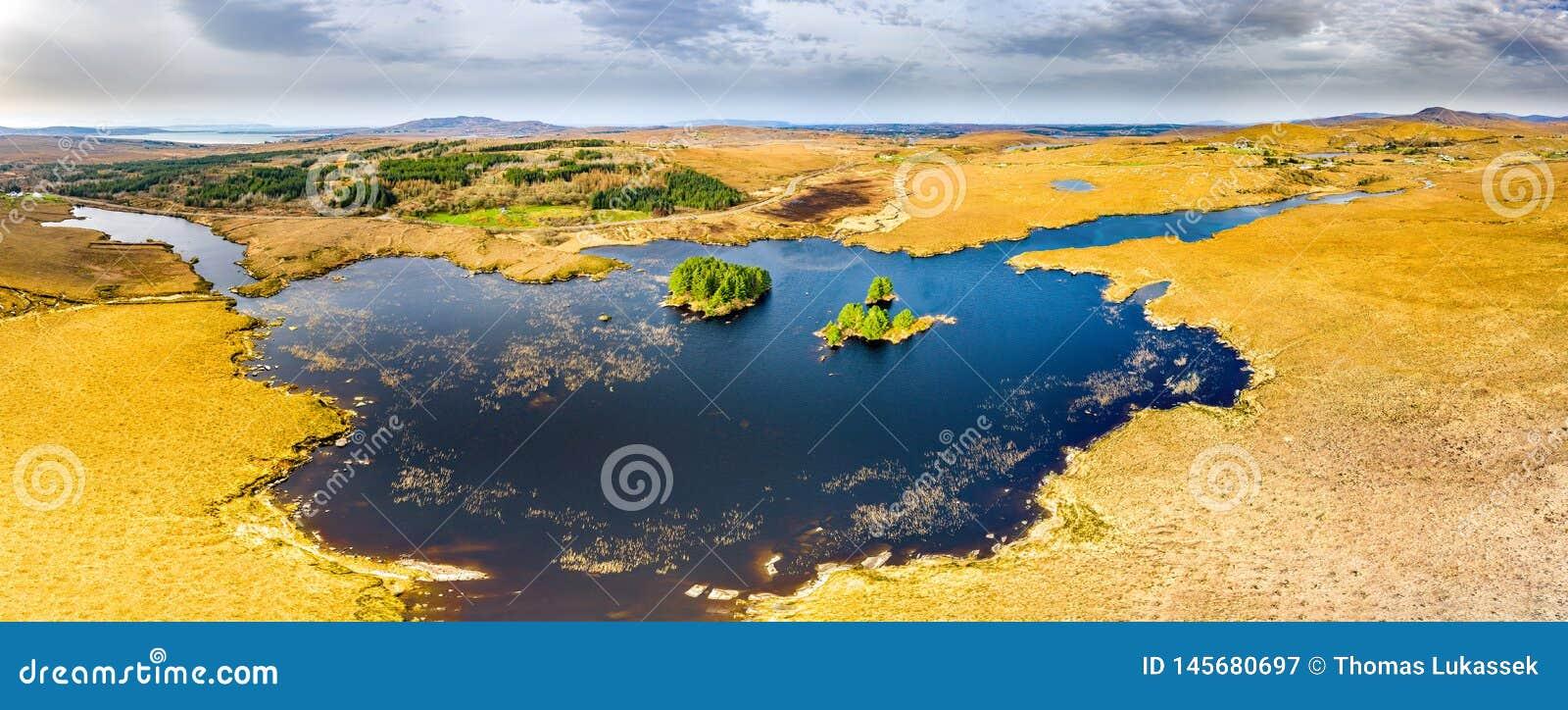 Vista a?rea de na Leabhar de Mhin Leic del lago - el lago de Meenlecknalore - cerca de Dungloe en el condado Donegal, Irlanda