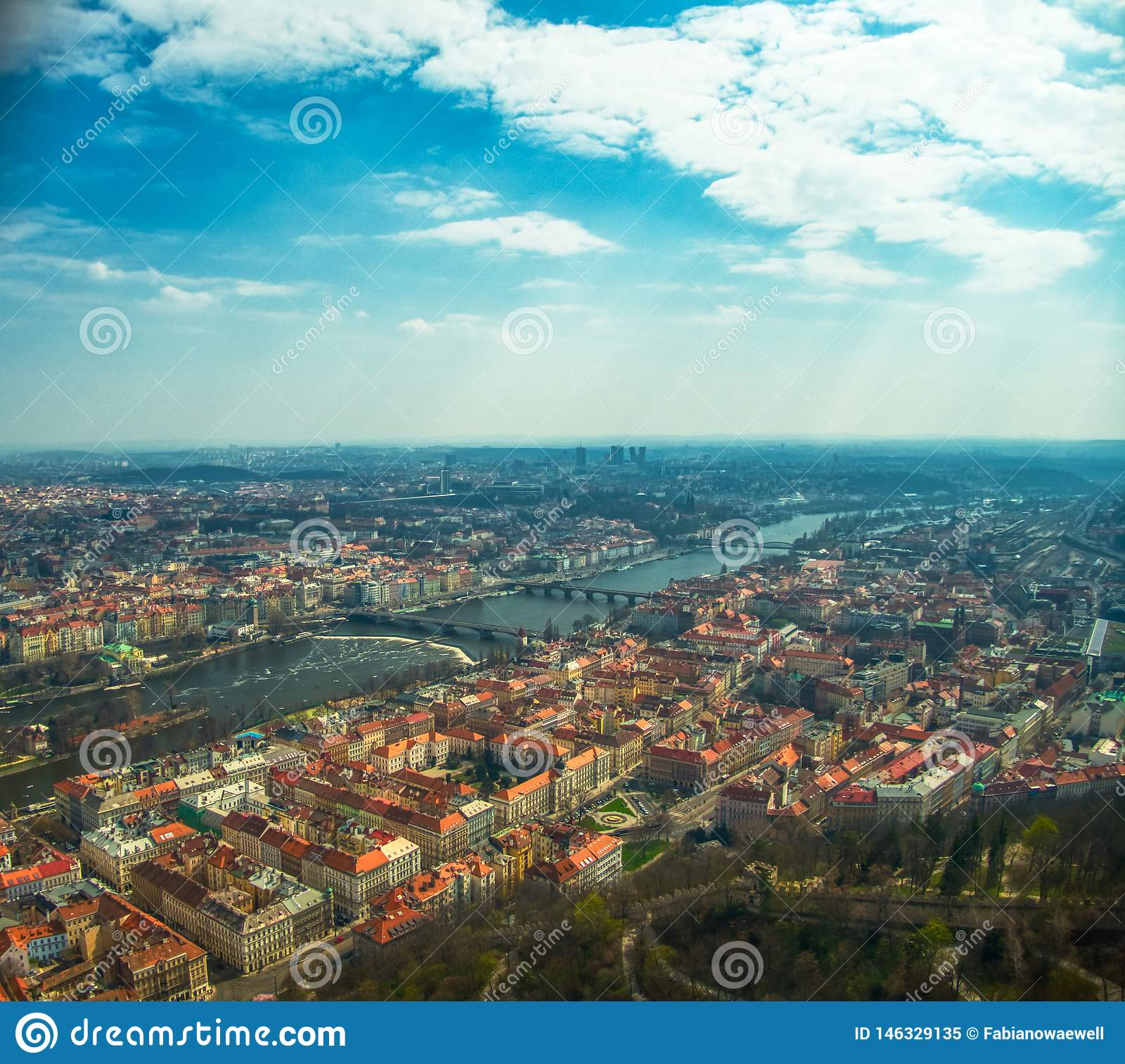 Vista a?rea de Praga sobre el r?o de Moldava