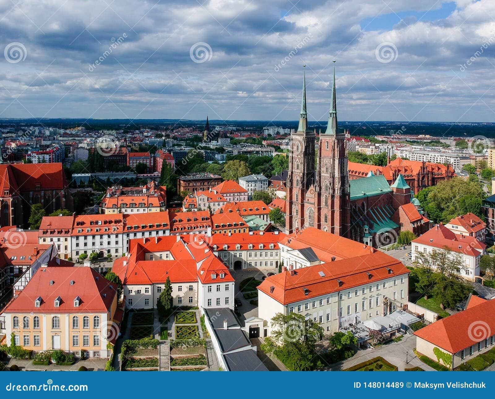 A vista a?rea de Wroclaw: Ostrow Tumski, catedral de St John a igreja batista e escolar da cruz e do St santamente Barth