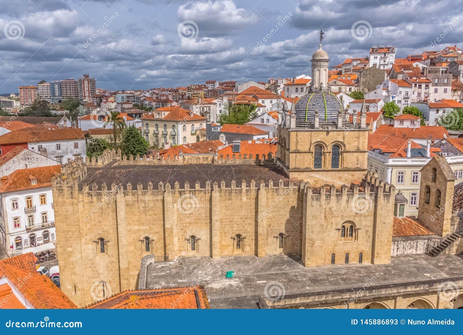 Vista a?rea del edificio medieval de la ciudad de la catedral de Co?mbra, de Co?mbra y del cielo como fondo, Portugal
