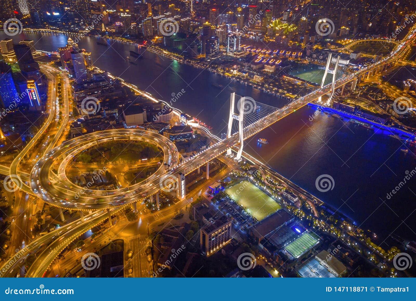 Vista a?rea del puente de Nanpu, centro de la ciudad de Shangai, China Distrito y centros de negocios financieros en ciudad elega
