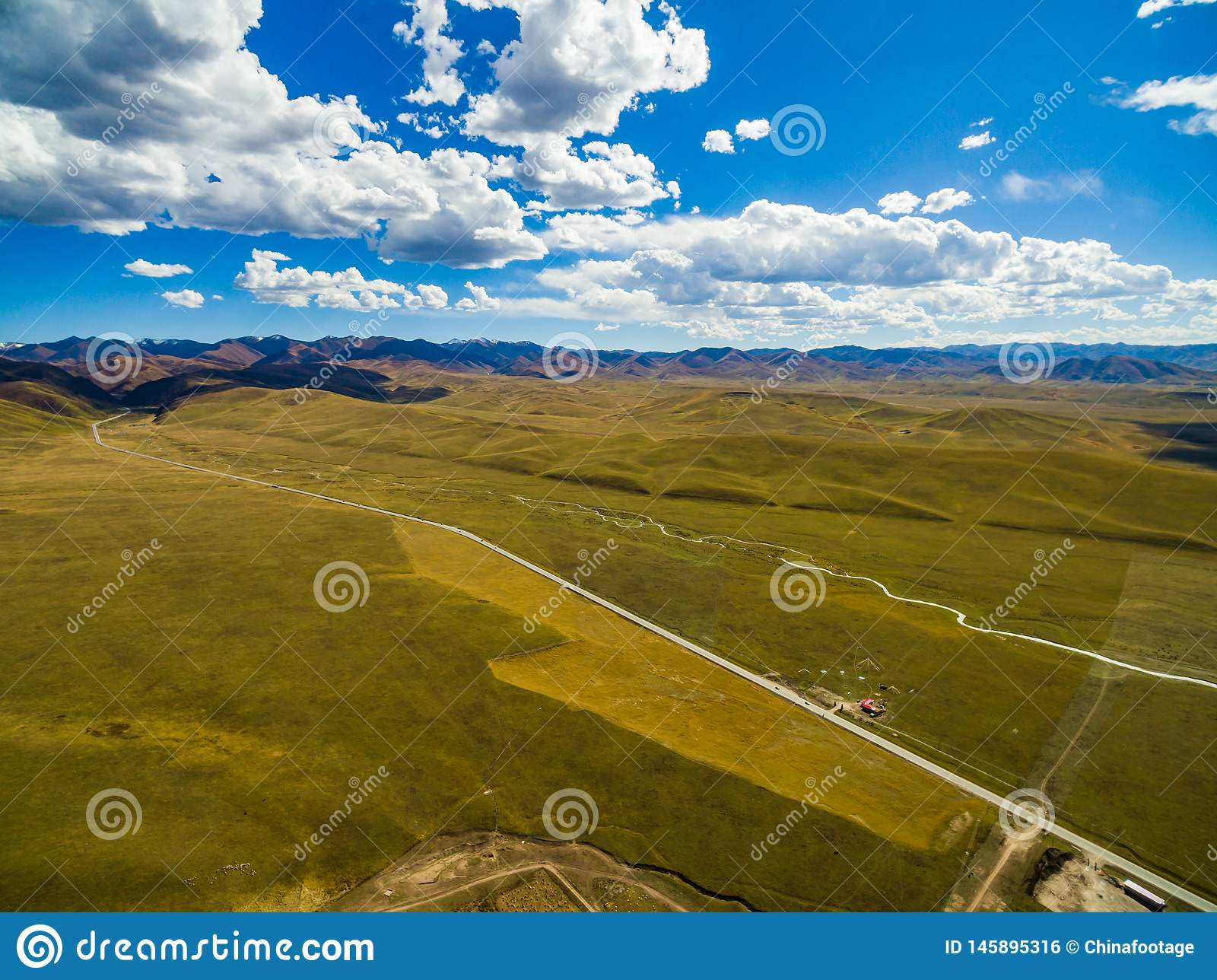 Vista a?rea do c?u azul e das nuvens brancas em Gannan, Gansu, China