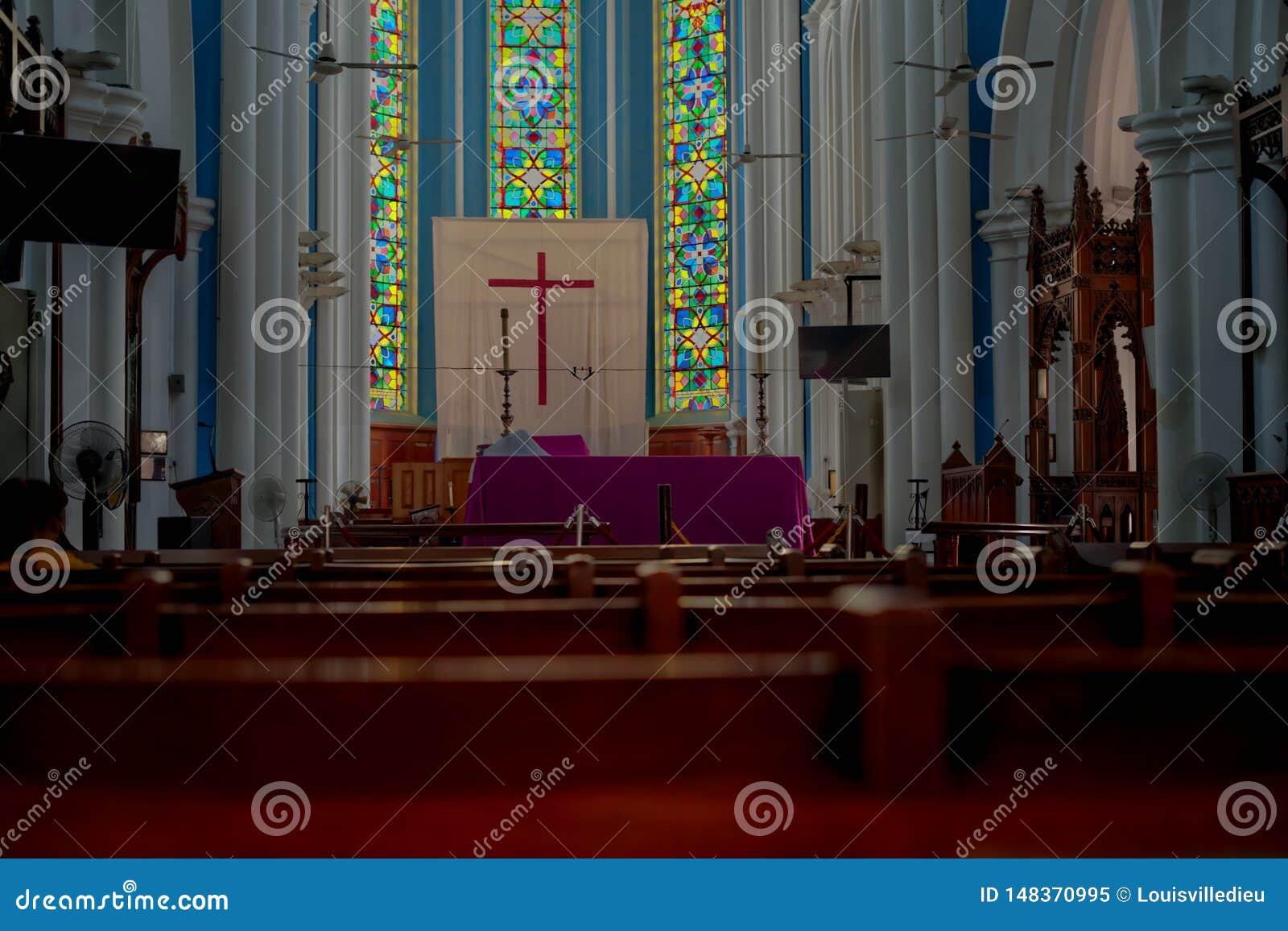 Vista reta da catedral anglicana Singapura de St Andrew s