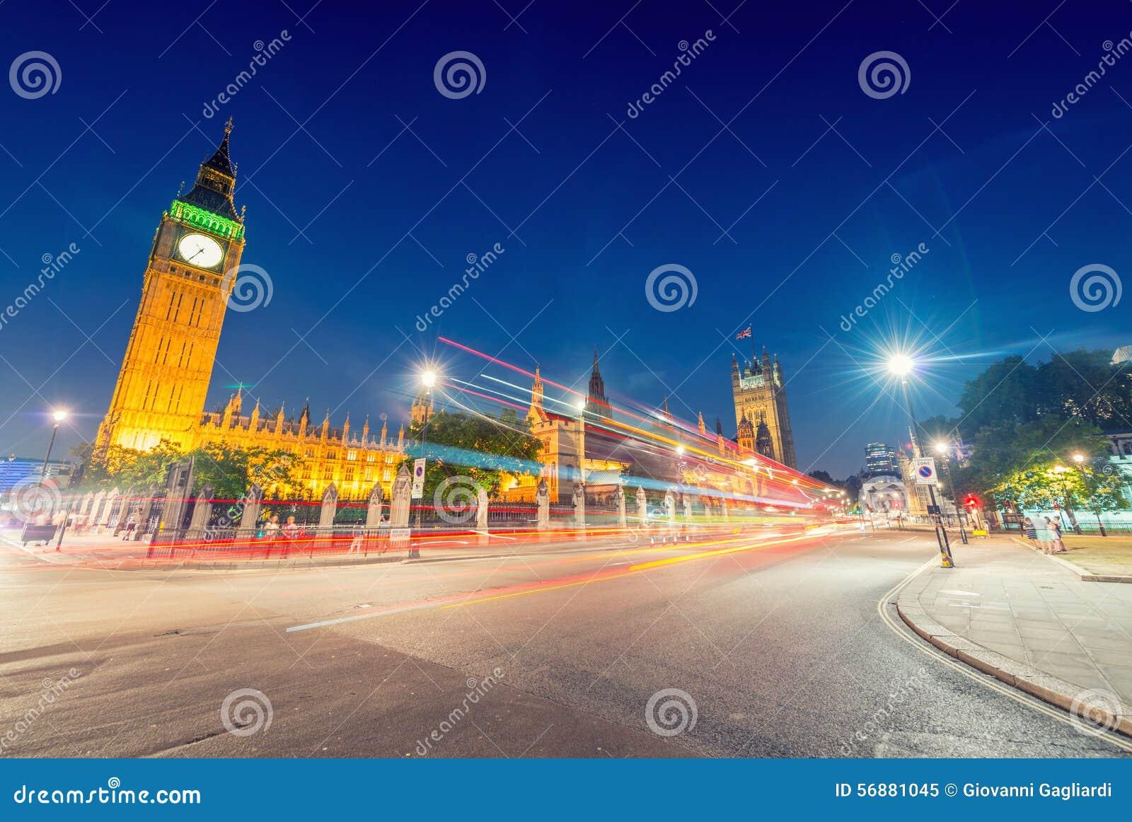 Vista sbalorditiva di notte di Big Ben e del palazzo di Westminster da Parli