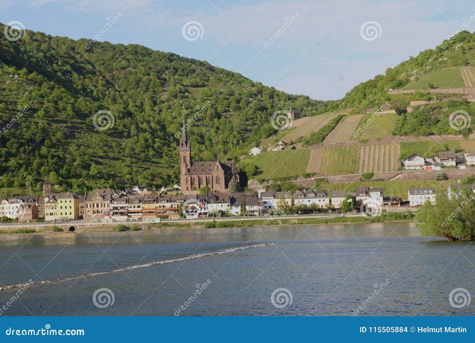 Vista scenica al fiume il Reno e Lorchhausen cathetral Area di Middlerhine, Germania