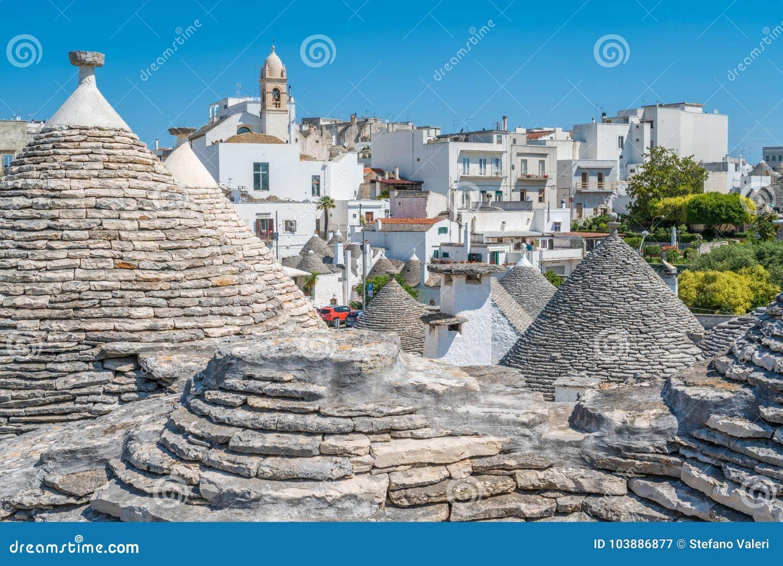 Vista scenica in Alberobello, il villaggio famoso di Trulli in Puglia, Italia del sud