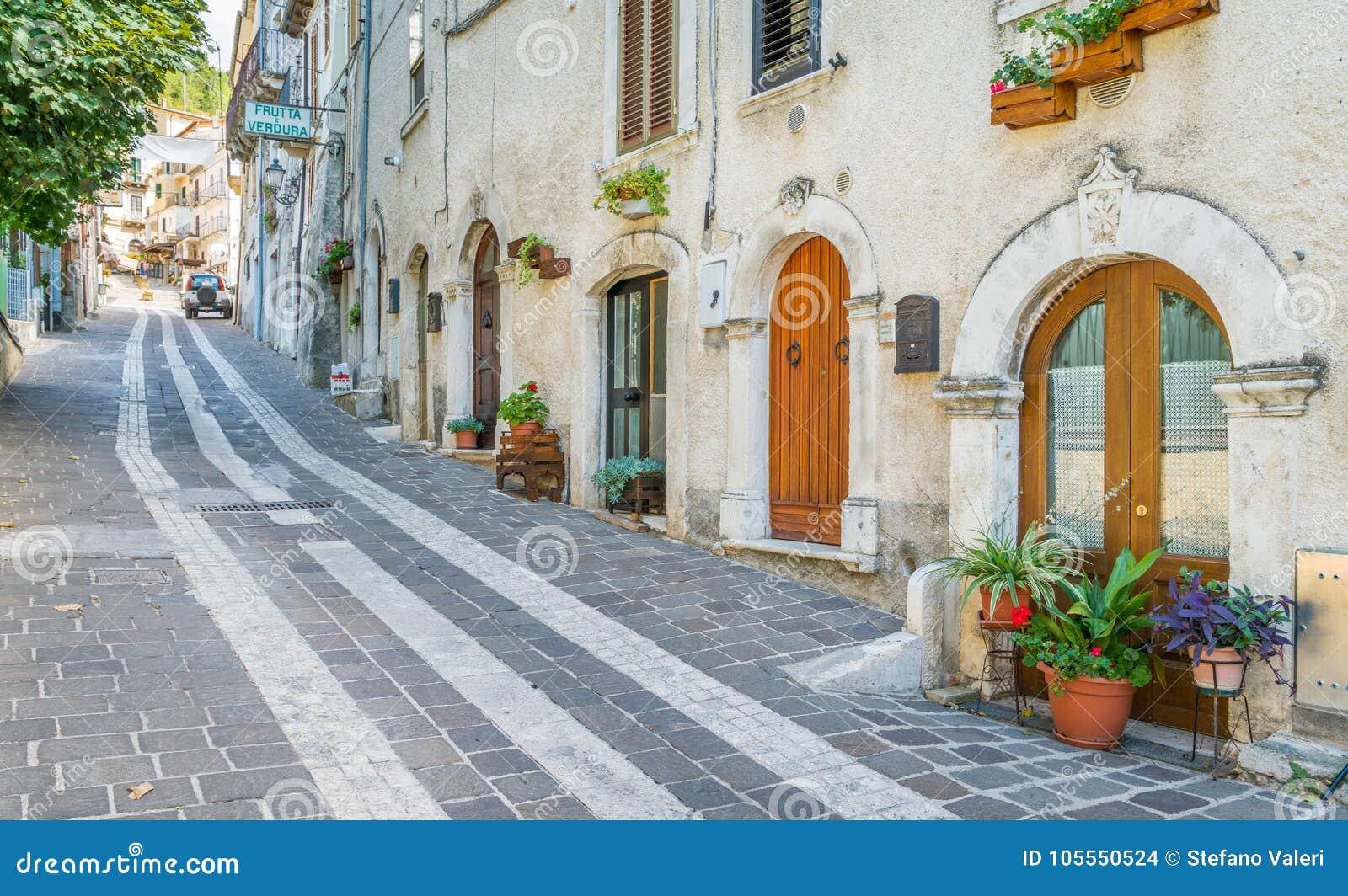 Vista Scenica In Caramanico Terme, Comune Nella Provincia Di Pescara Nella  Regione Dell'Abruzzo Di Italia Fotografia Stock - Immagine di montagna,  fiori: 105550524