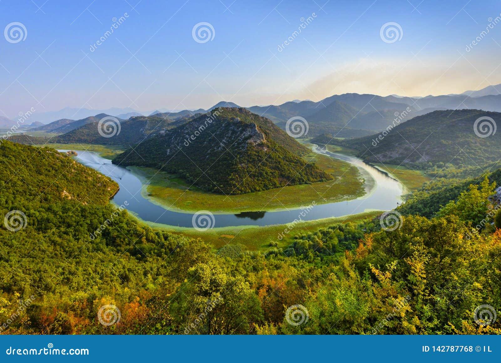 Vista scenica del ciclo del fiume di Rijeka Crnojevica nel lago Skhadar, Montenegro