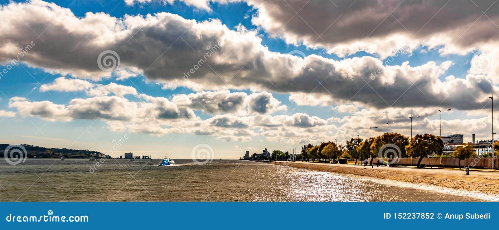Vista scenica del fiume e di Belem di tejo nell angolo data 25 giugno 2019 con bello cielo blu e una barca nel fiume di tejo