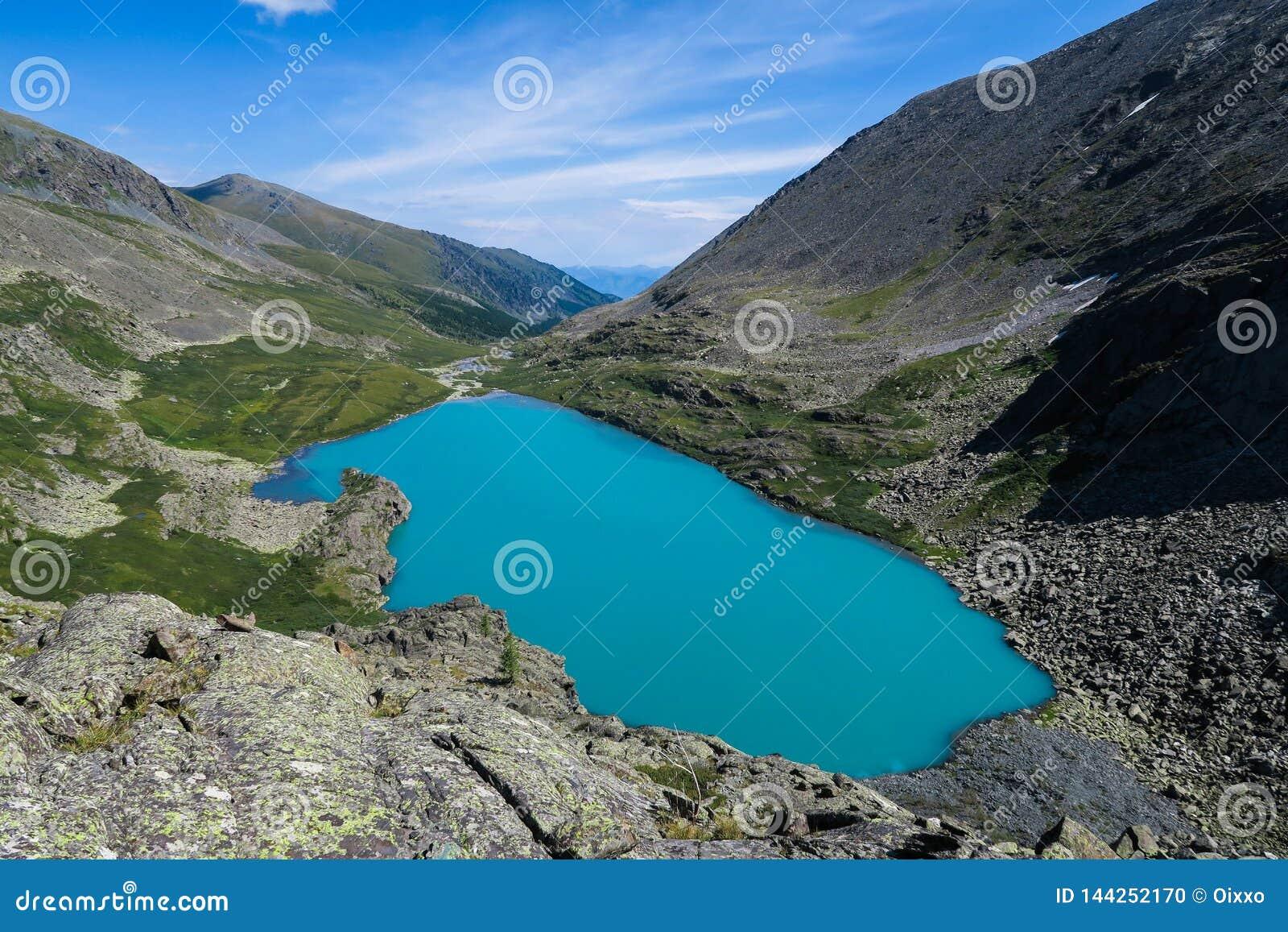Vista scenica del lago del turchese di Akchan Montagne di Altai
