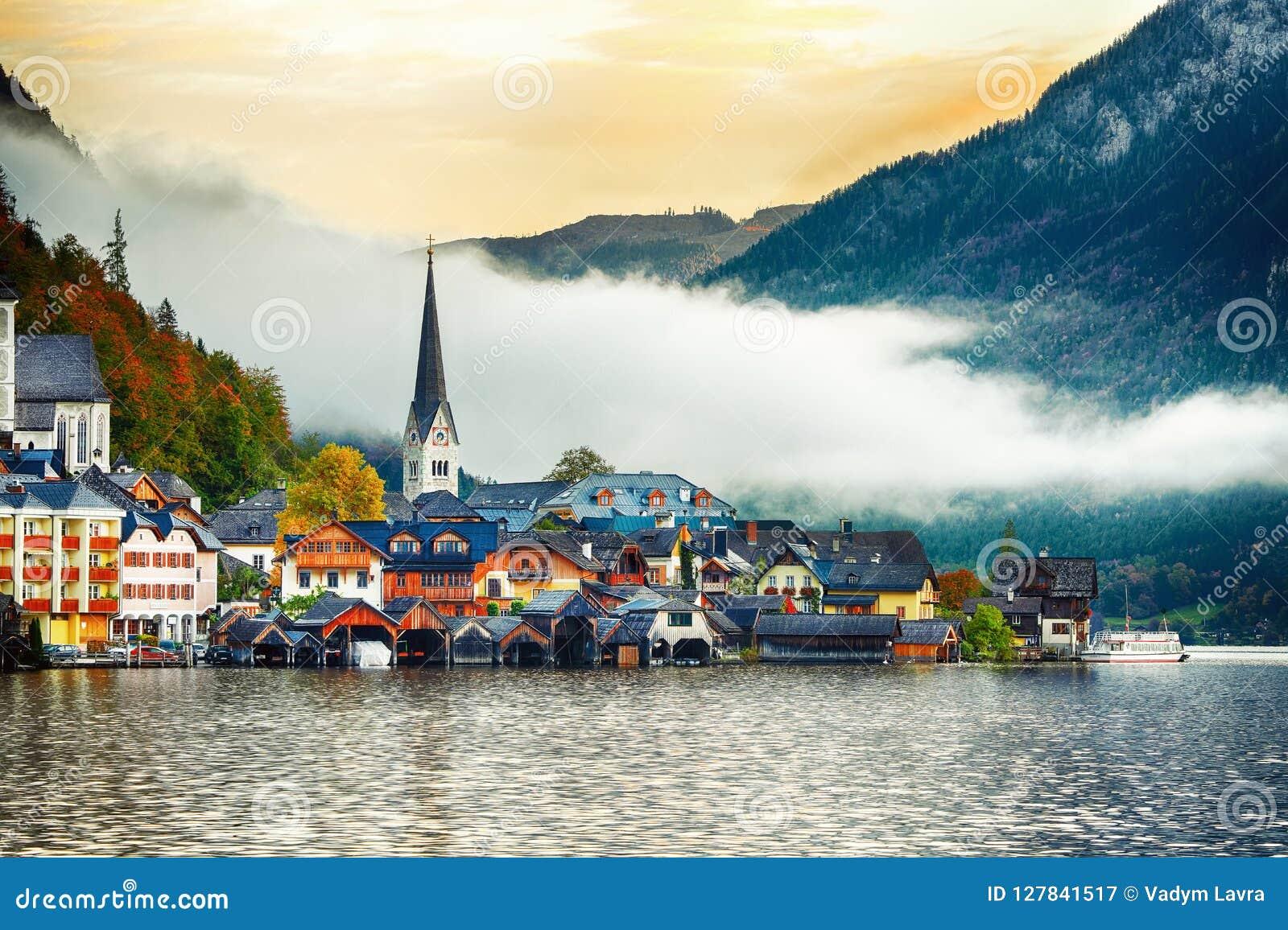 Vista scenica del paesino di montagna famoso di Hallstatt con Hallstatte