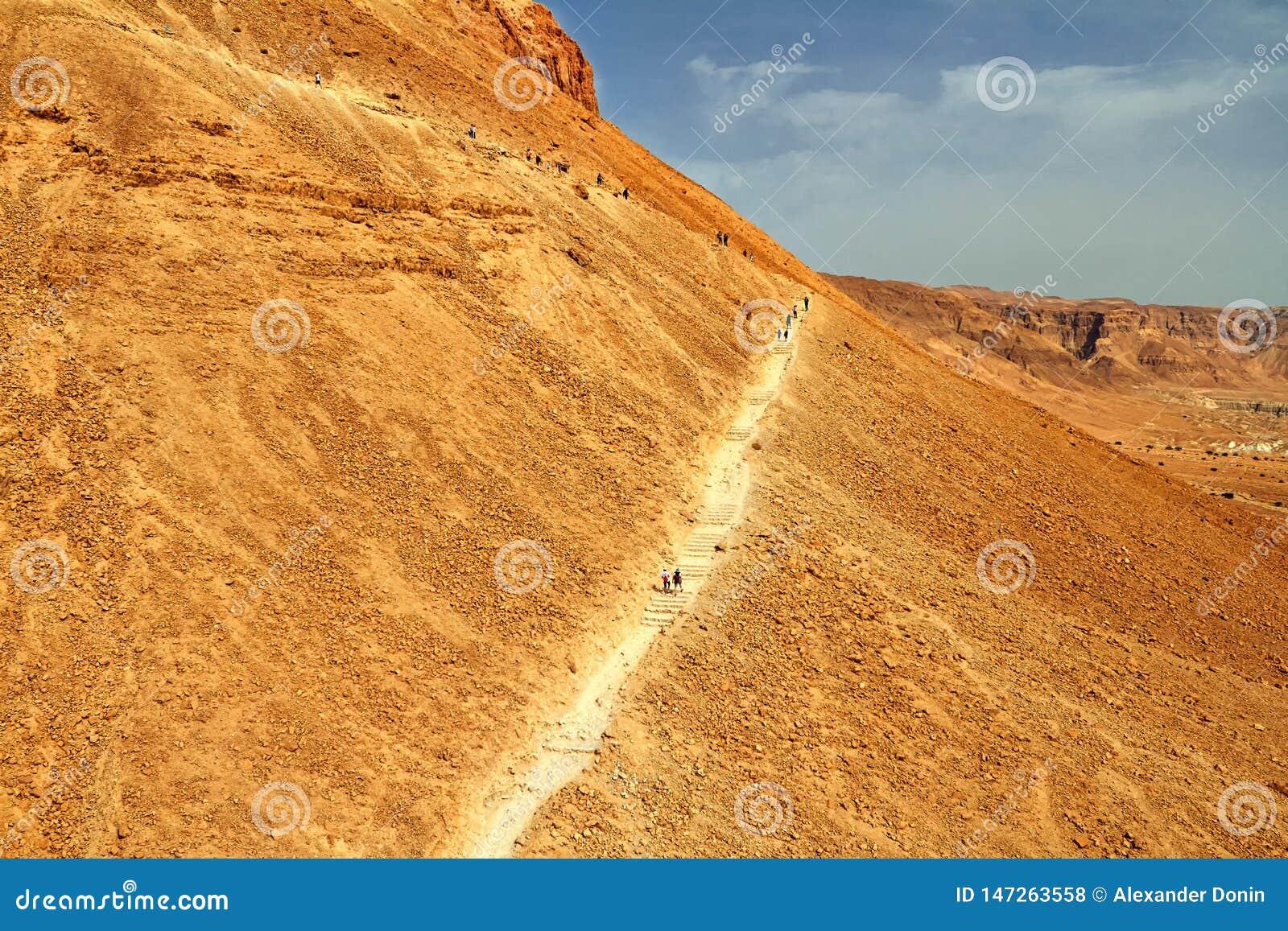 Vista scenica del supporto di Masada nel deserto di Judean