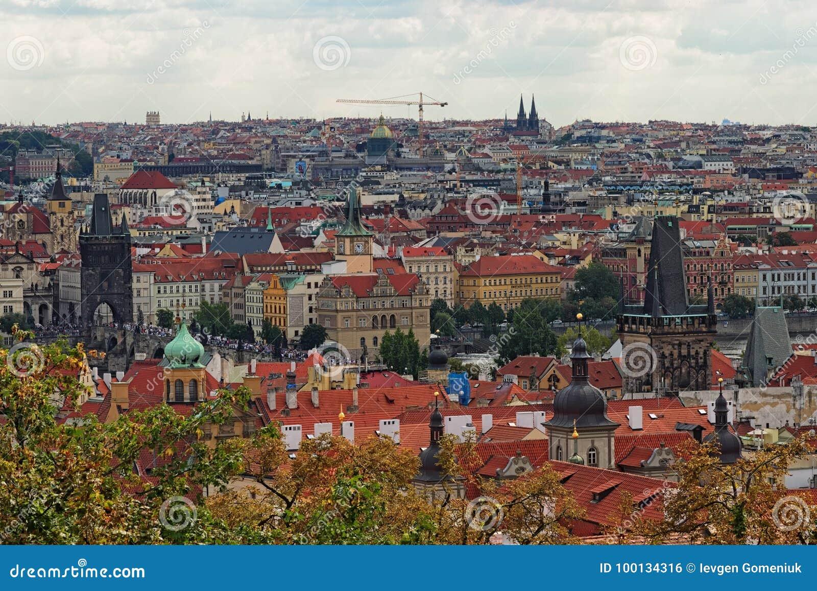 Vista scenica di Charles Bridge sul fiume della Moldava e sul centro storico di Praga, di costruzioni e dei punti di riferimento