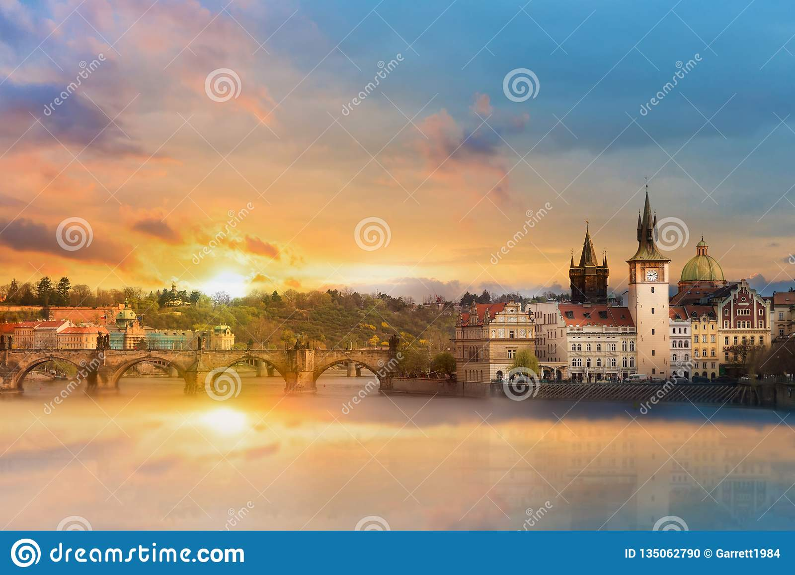 Vista scenica di estate degli edifici di Città Vecchia, del ponte di Charles e del fiume della Moldava a Praga durante il tramont