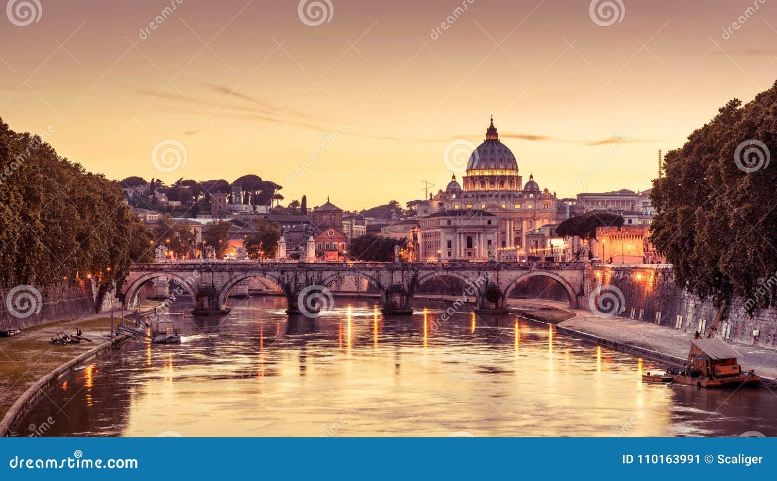 b35cabca35 Roma alla notte, Italia Ponte di Angelo del ` di Sant e basilica del ` s di  St Peter Punto di riferimento di Roma La basilica San Pietro del ` s di ...