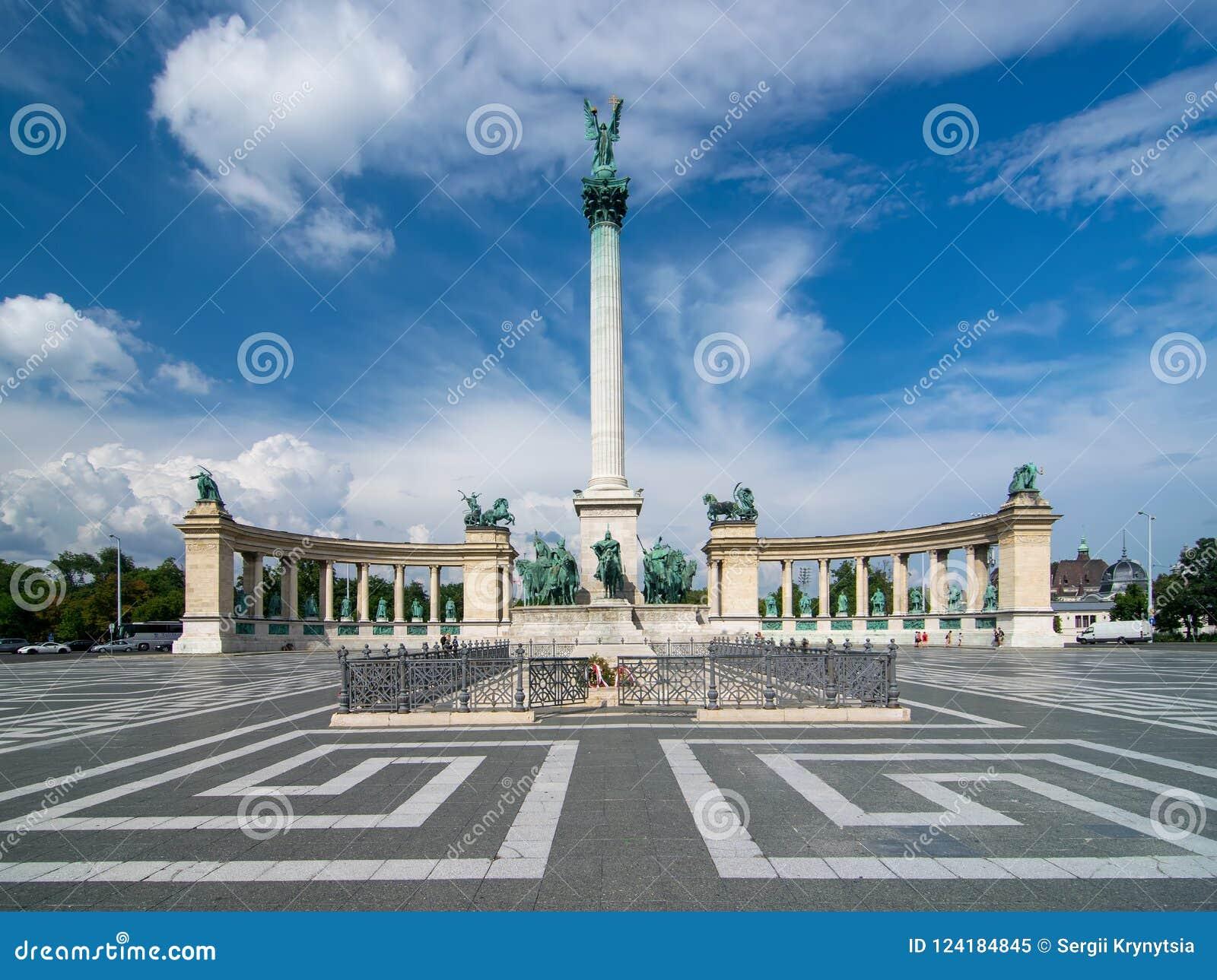 Vista scenica Heroes& x27; Quadri a Budapest, Ungheria con il monumento di millennio, attrazione principale della città sotto il
