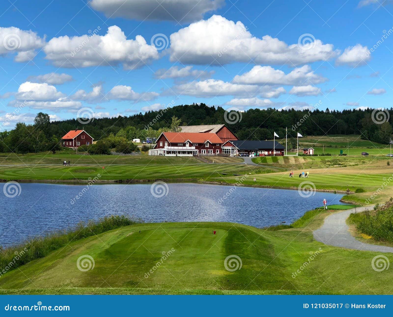 Vista sobre a casa do clube de Golfstar Brollsta do nono T