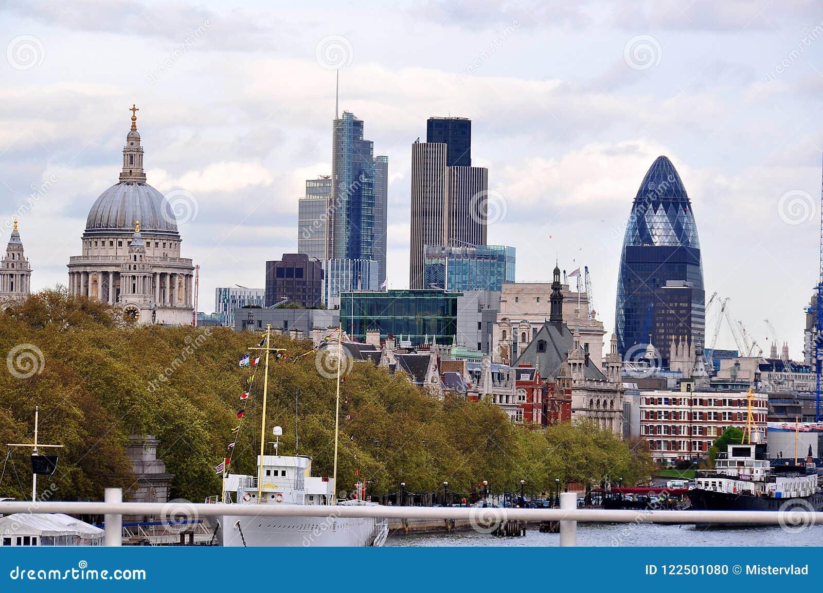 Vista sobre a catedral do ` s de St Paul e a cidade, Londres, Reino Unido