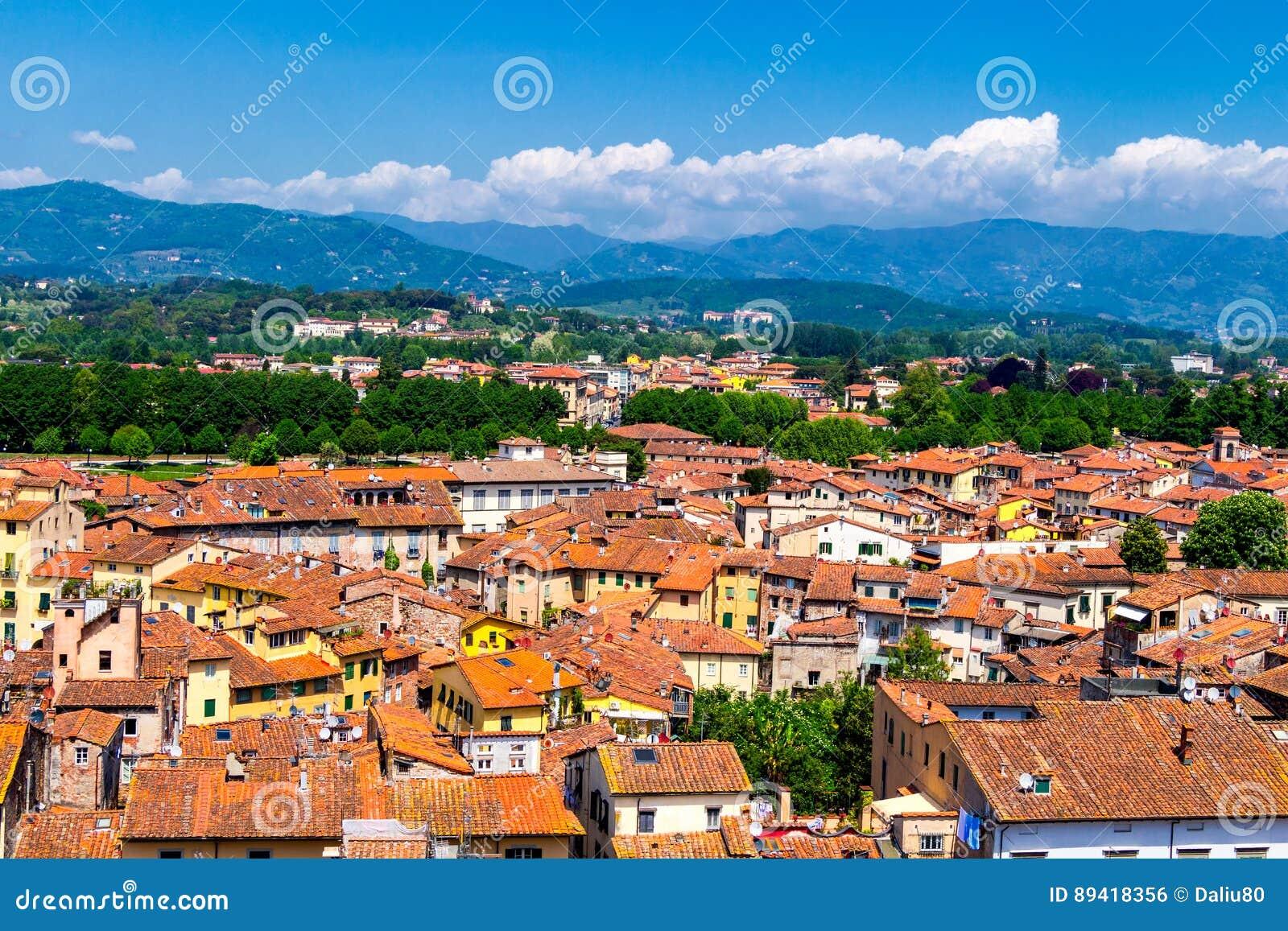 Vista sobre a cidade italiana Lucca com os telhados típicos da terracota
