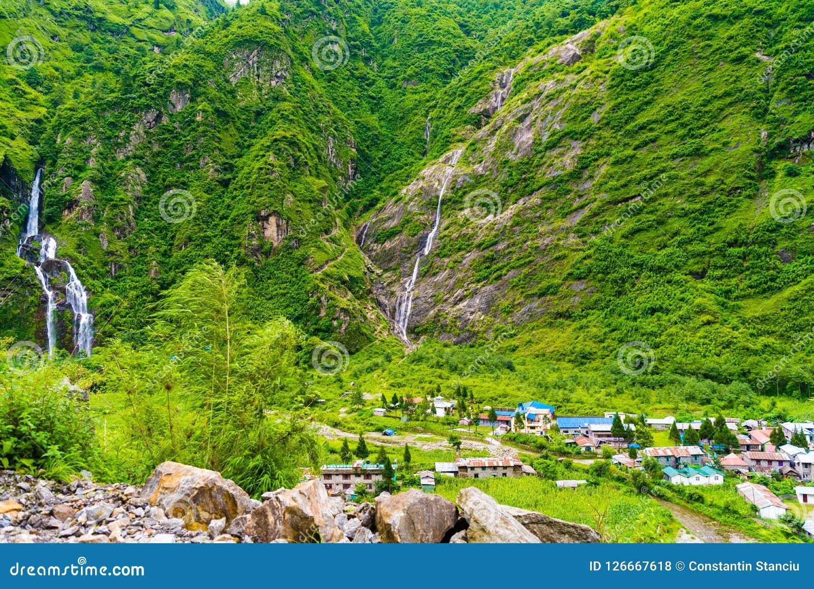 A vista sobre o rio de Marsyangdi e a vila de Tal em Annapurna circuitam, Nepal