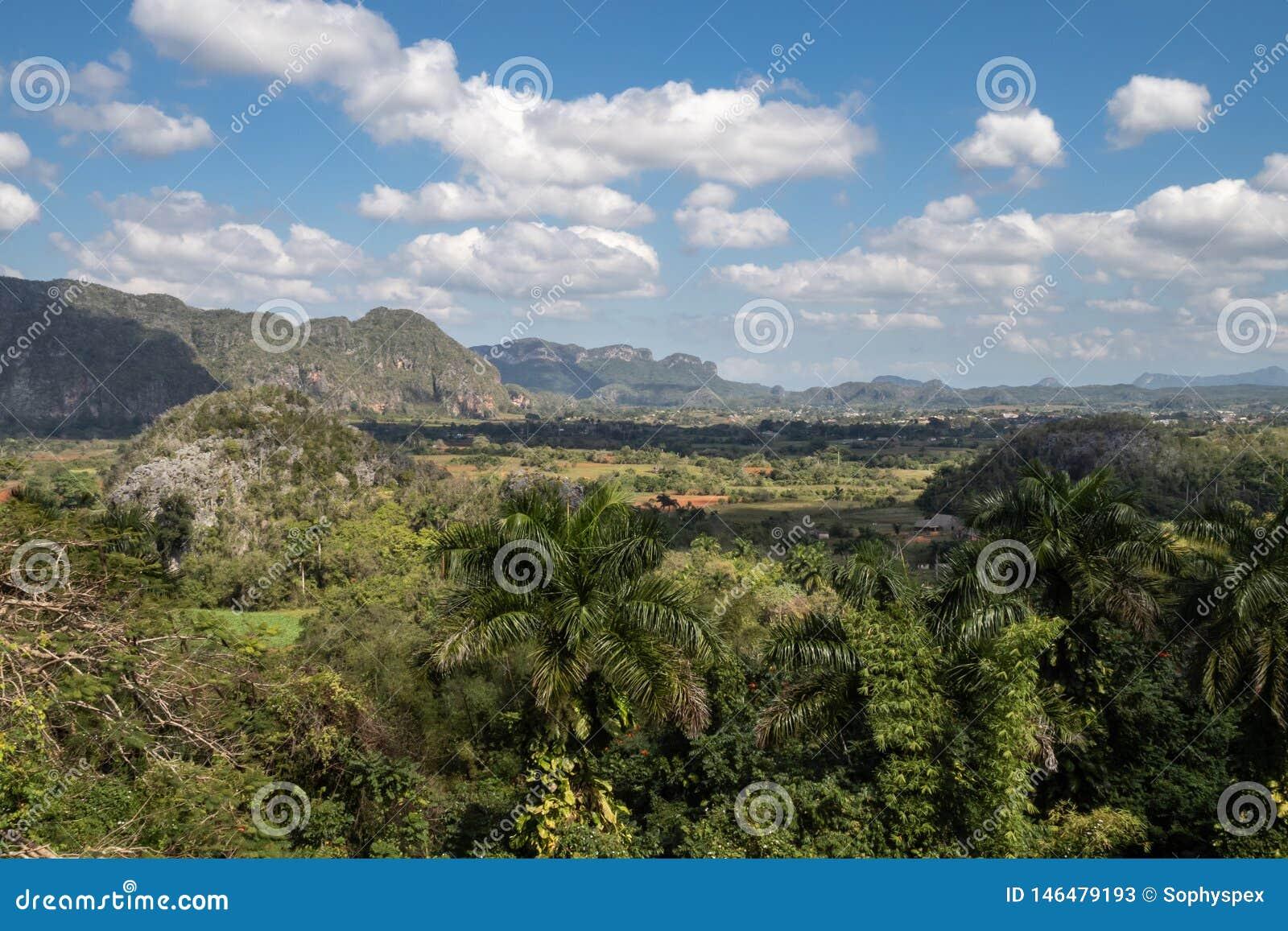 Vista sobre os campos de cigarro de Vinales, Cuba