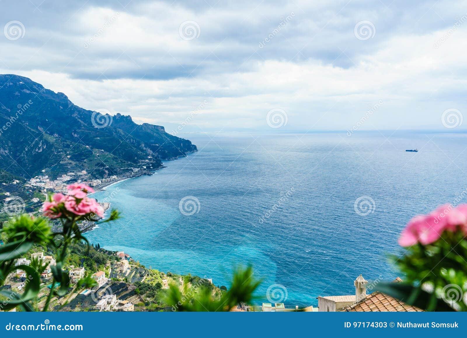 Vista stupefacente dalla villa Rufolo, città di Ravello, costa di Amalfi, nella t