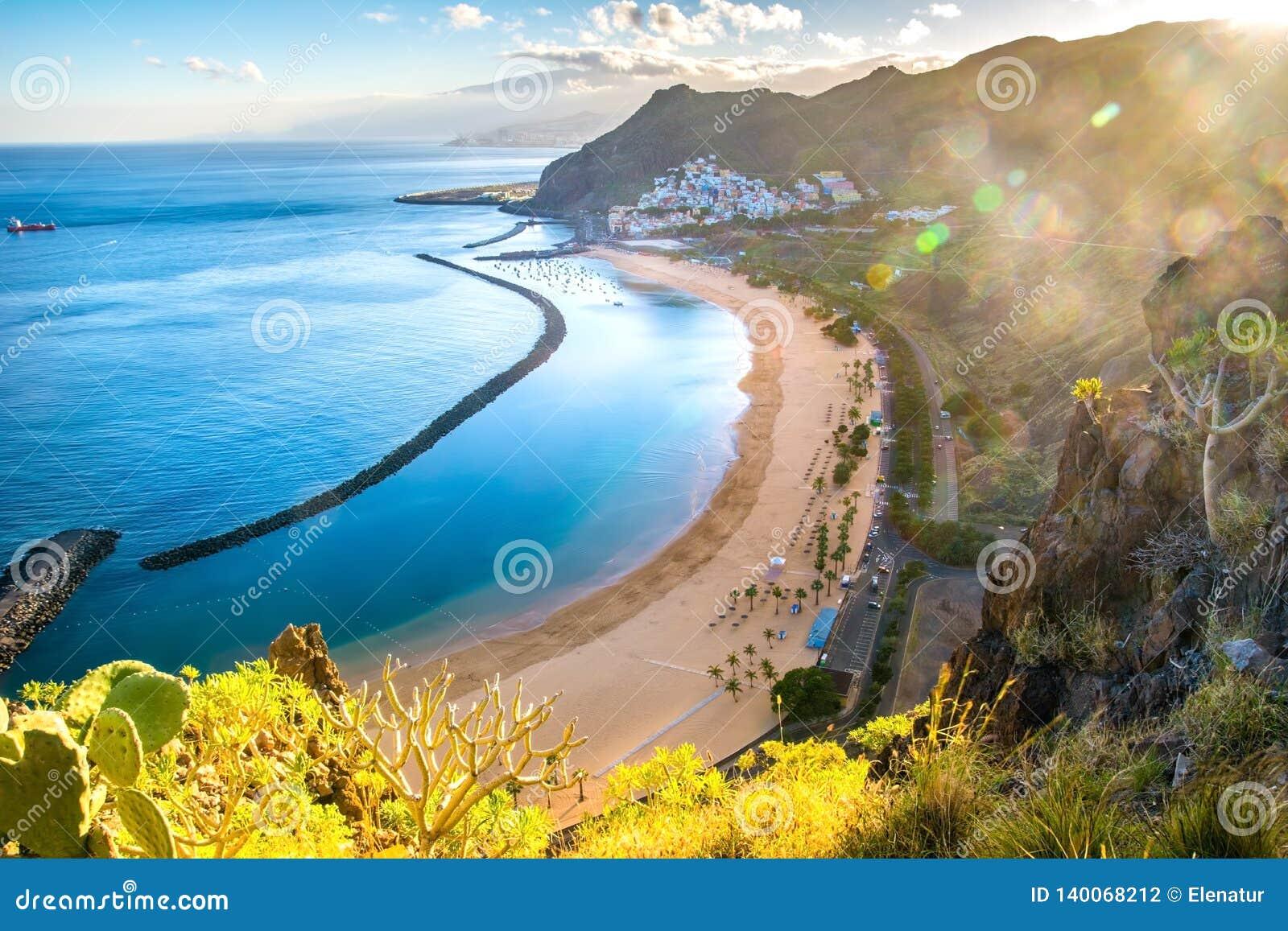 Vista stupefacente dei las Teresitas della spiaggia con giallo sabbia Posizione: Santa Cruz de Tenerife, Tenerife, isole Canarie