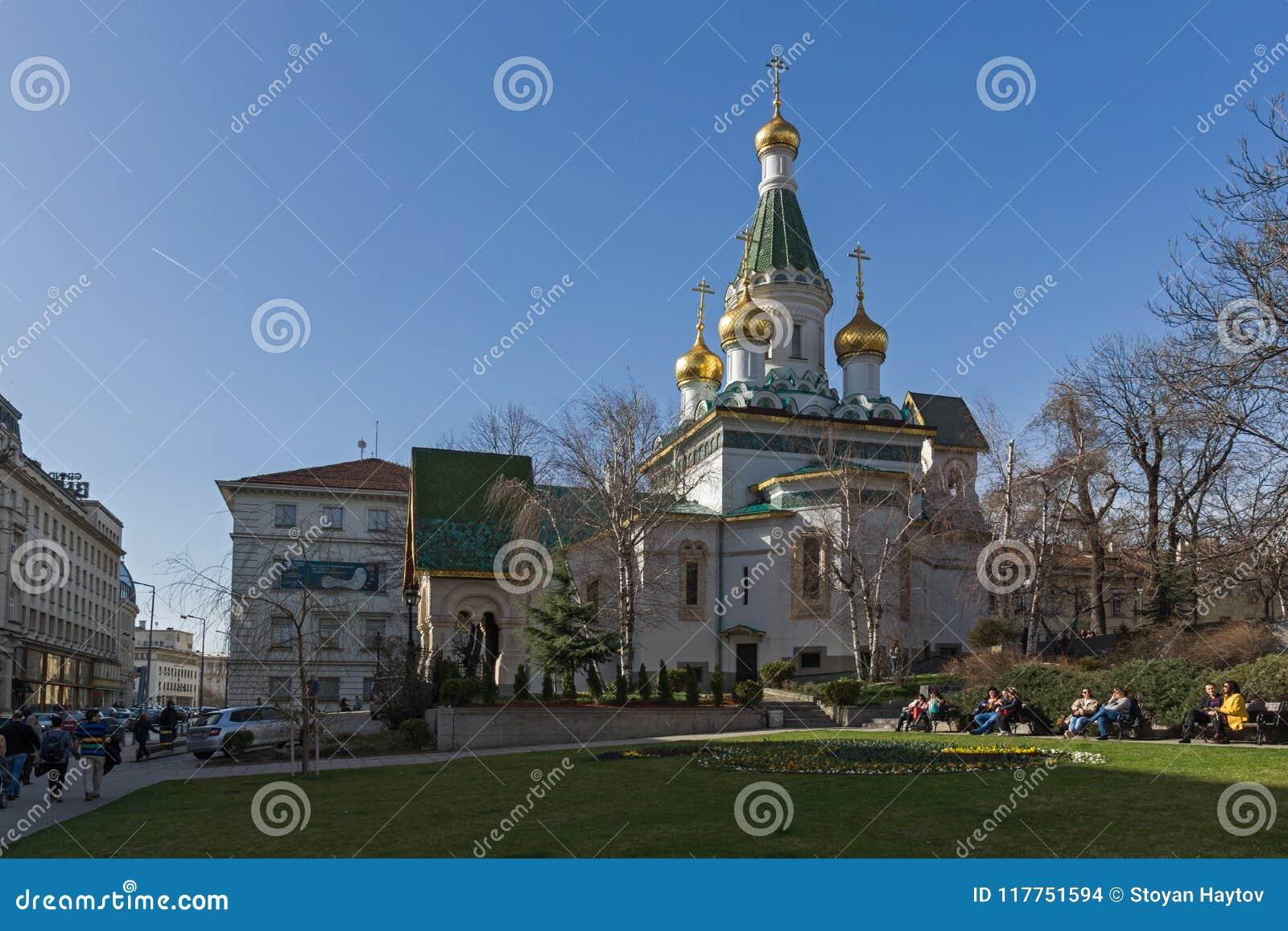 Vista stupefacente della chiesa russa delle cupole dorate a Sofia, Bulgaria