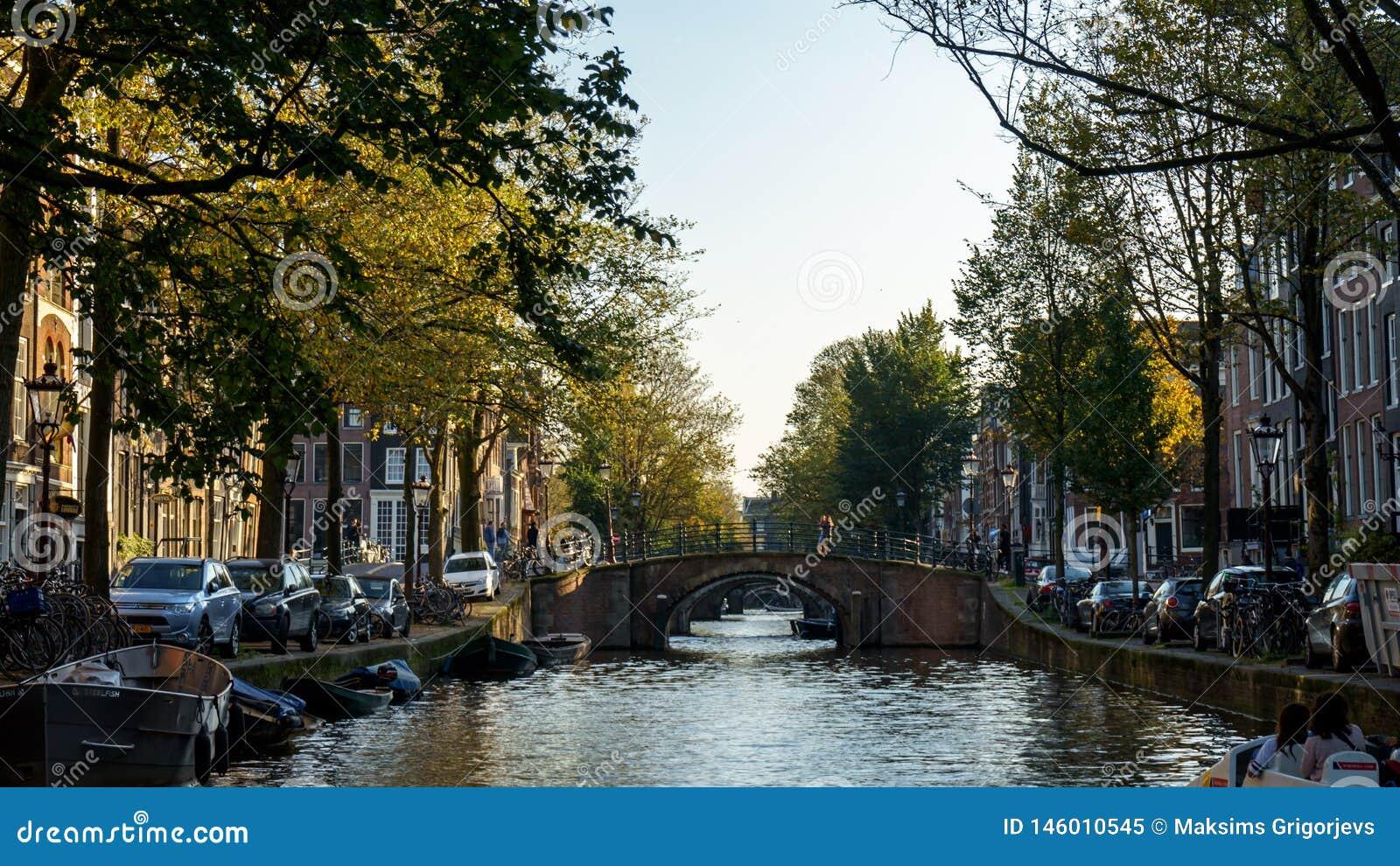 Vista su sette ponti del canale di Amsterdam, il 13 ottobre 2017