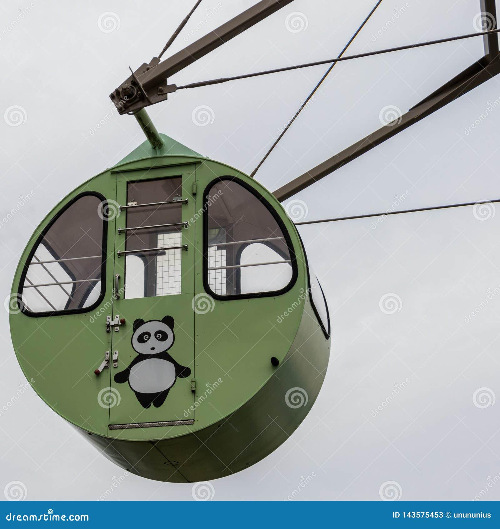 Vista su un giro, Ferris Wheel Cabin variopinto del dettaglio con l orso di panda dipinto Situato nella terra di vista di Amanoha