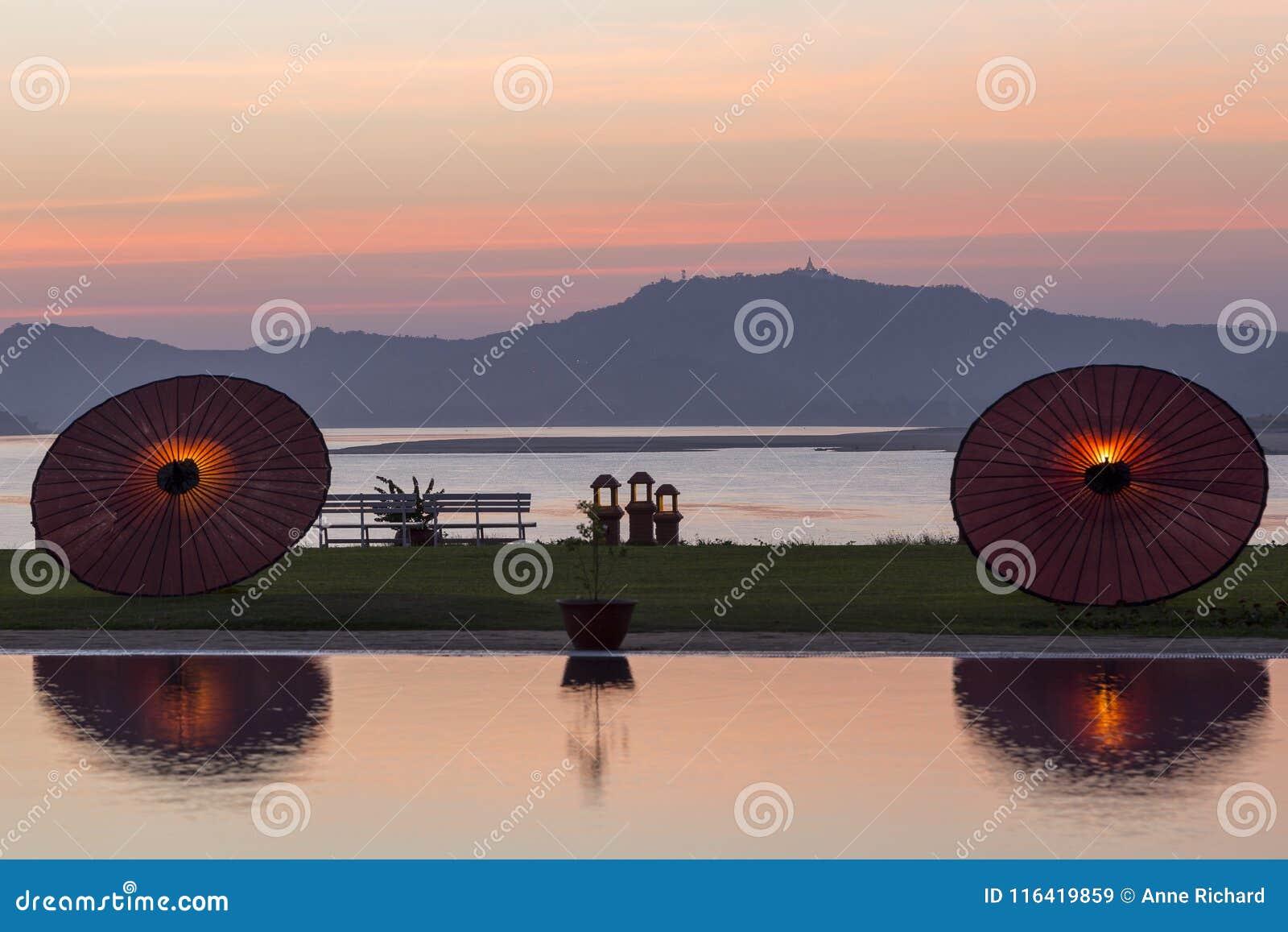 Vista sul fiume di Ayeyarwady o di Irrawaddy da Bagan al tramonto