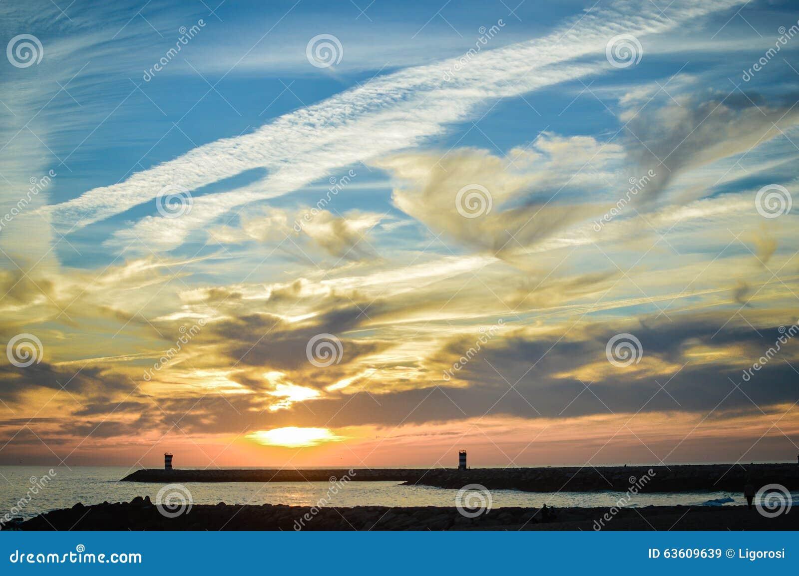 Vista sul mare affascinante con il cielo nuvoloso di sera e