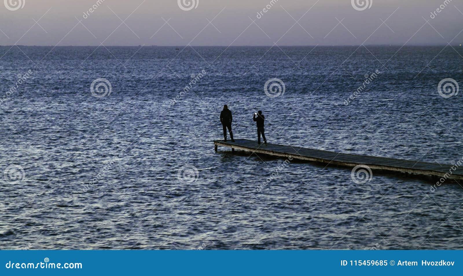 Vista sul mare con la gente