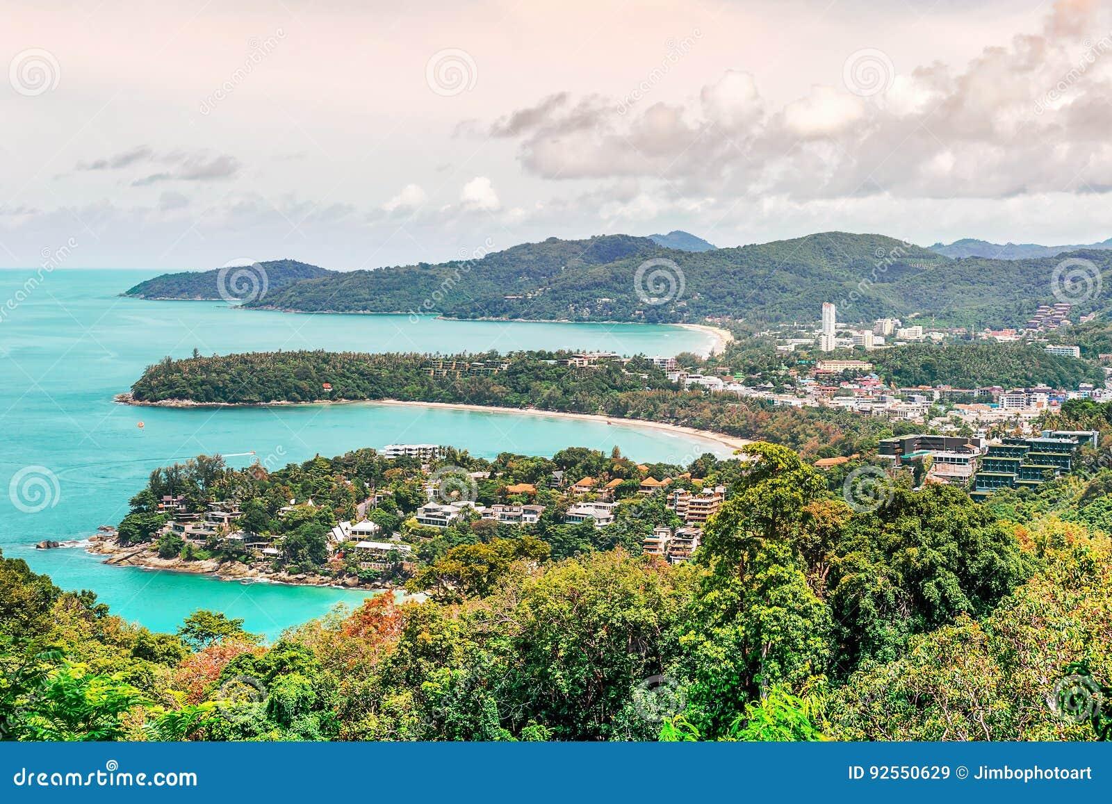 Vista sul mare e paesaggio urbano sulla montagna e sul mare blu