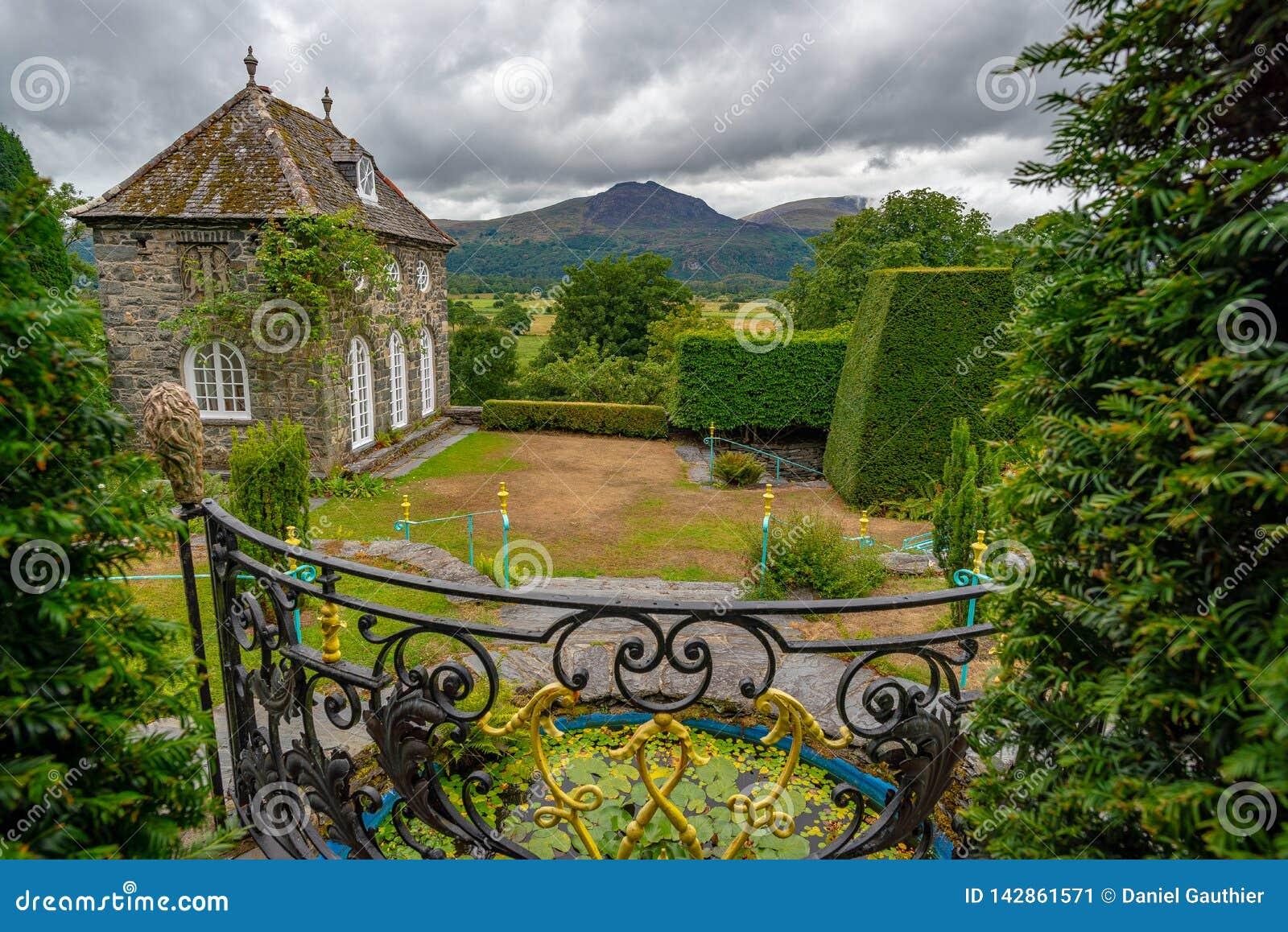 Vista sul orangerie ed il paesaggio circostante dal giardino dei Plas Brondanw, Galles del nord