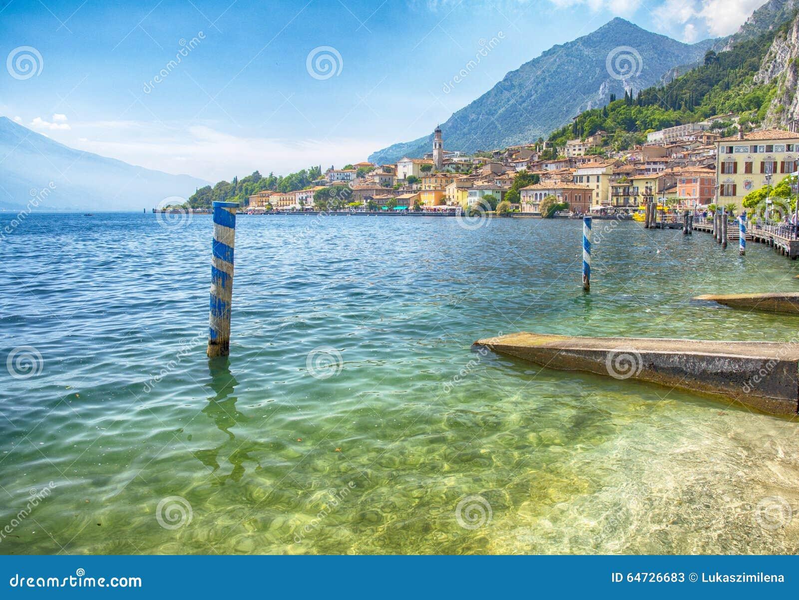 Vista sulla polizia del sul di Limone sulle montagne di polizia e delle alpi del lago in Italia, immagine di HDR