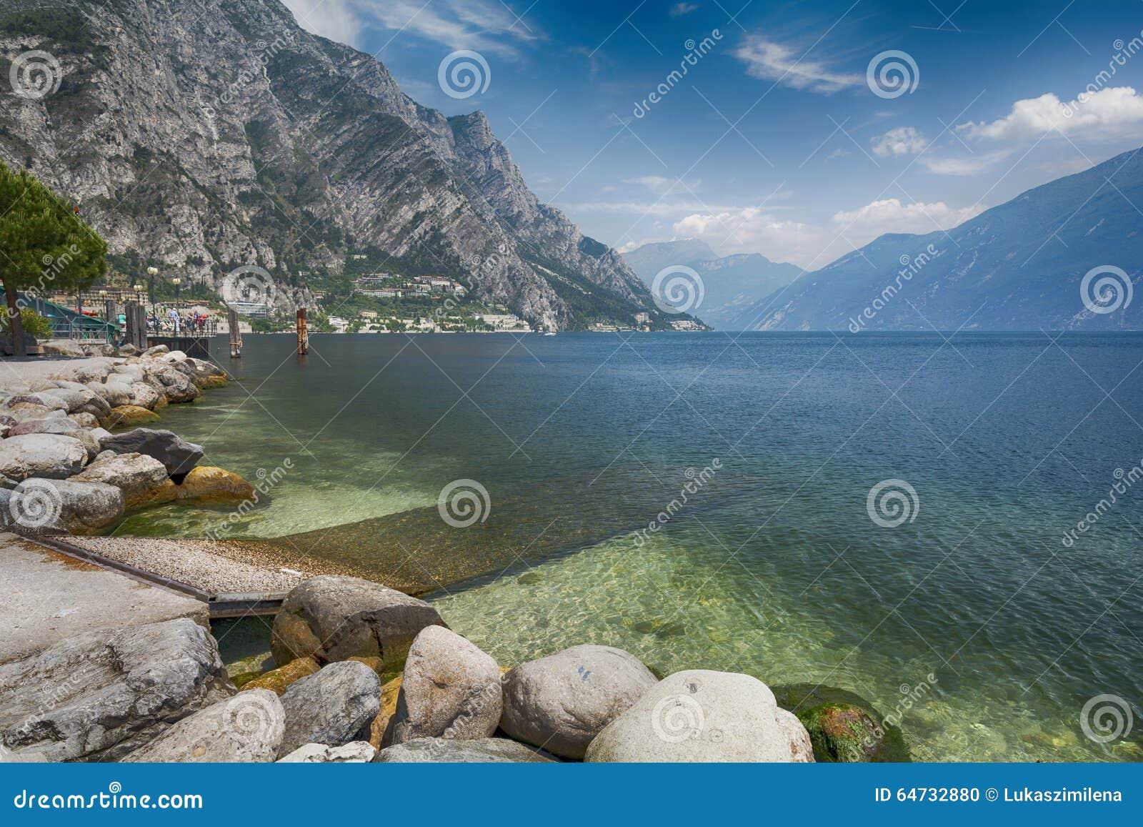 Vista sulle montagne di polizia e delle alpi del lago in Italia