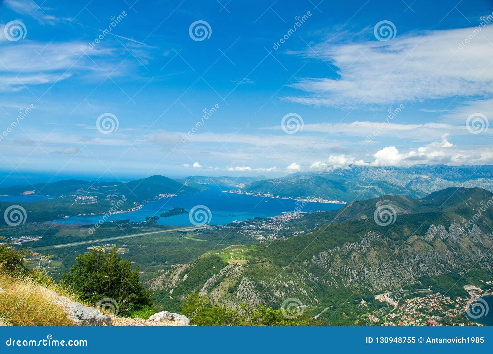 Vista superior da baía e do Tivat de Boka Kotor da montanha de Lovcen, Monte