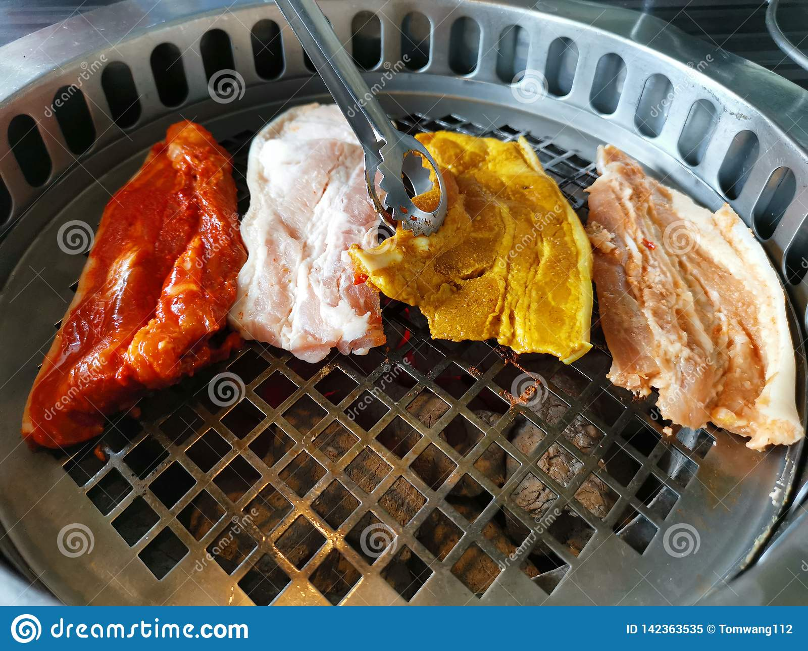 Vista superior da carne fresca na grade barbecue