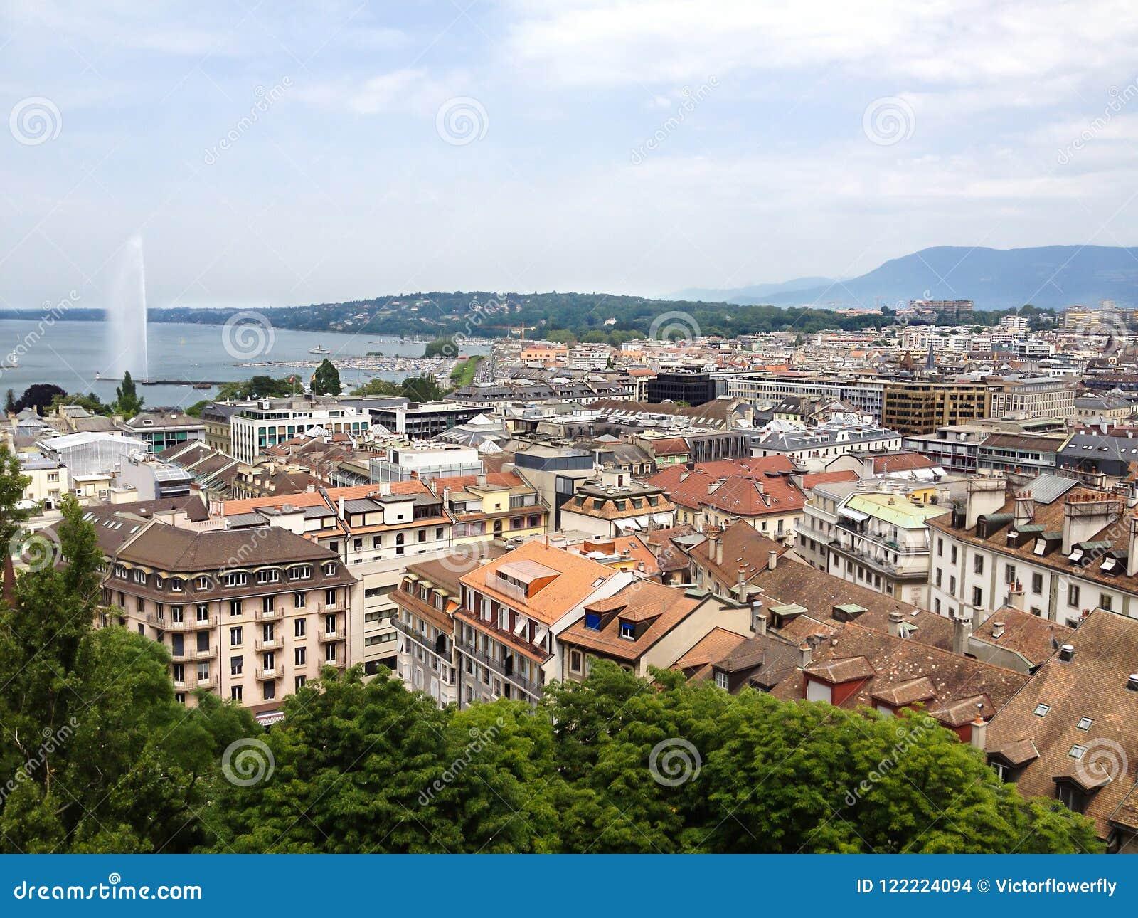 Vista superior da cidade de Genebra e do lago velhos Genebra com a fonte do eau do ` do jato d como o símbolo da cidade de Genebr