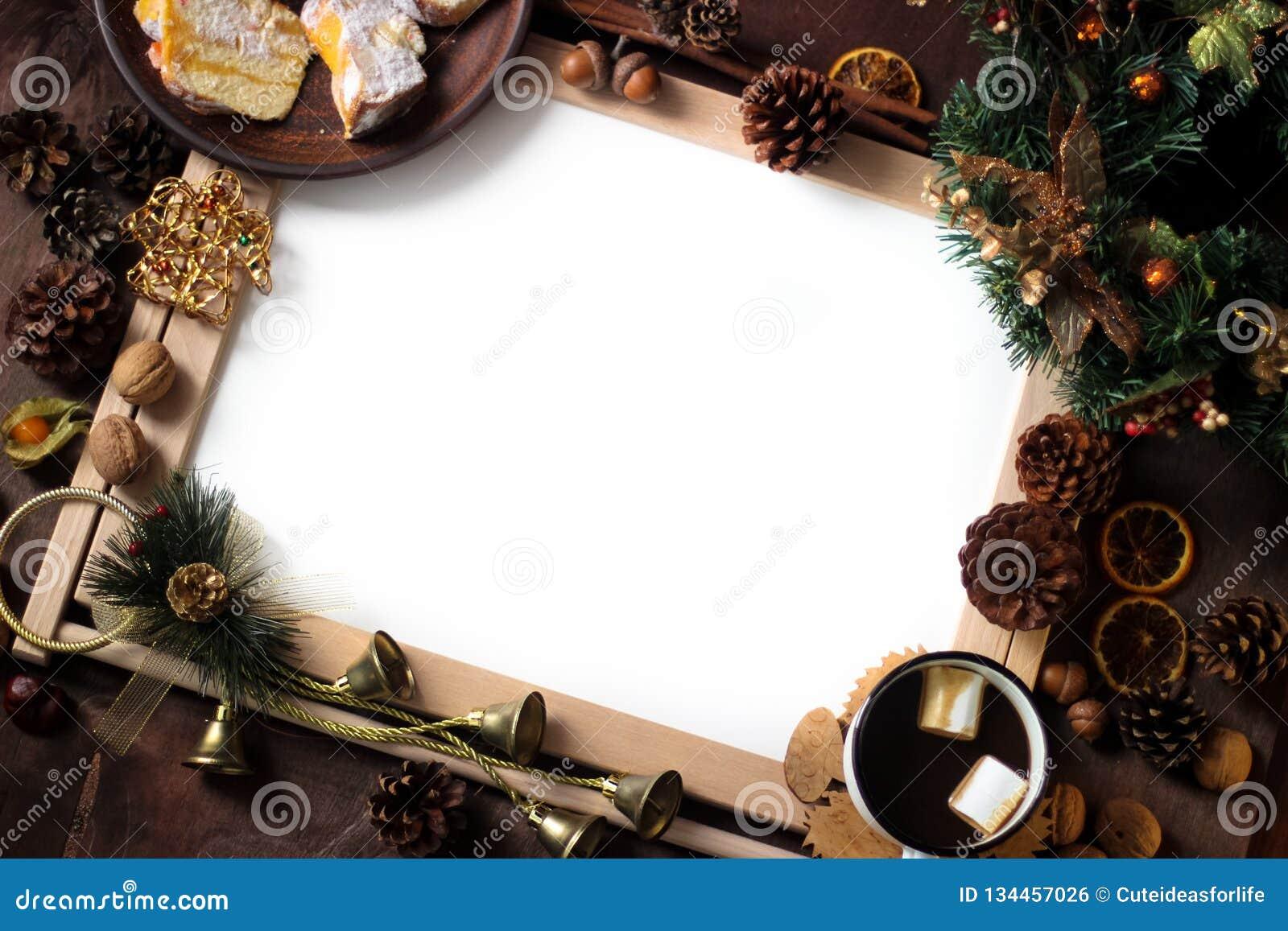 Vista superior da decoração do Natal com área de espaço da cópia Objetos do Natal: laranja cortada secada, canela, cone do pinho,