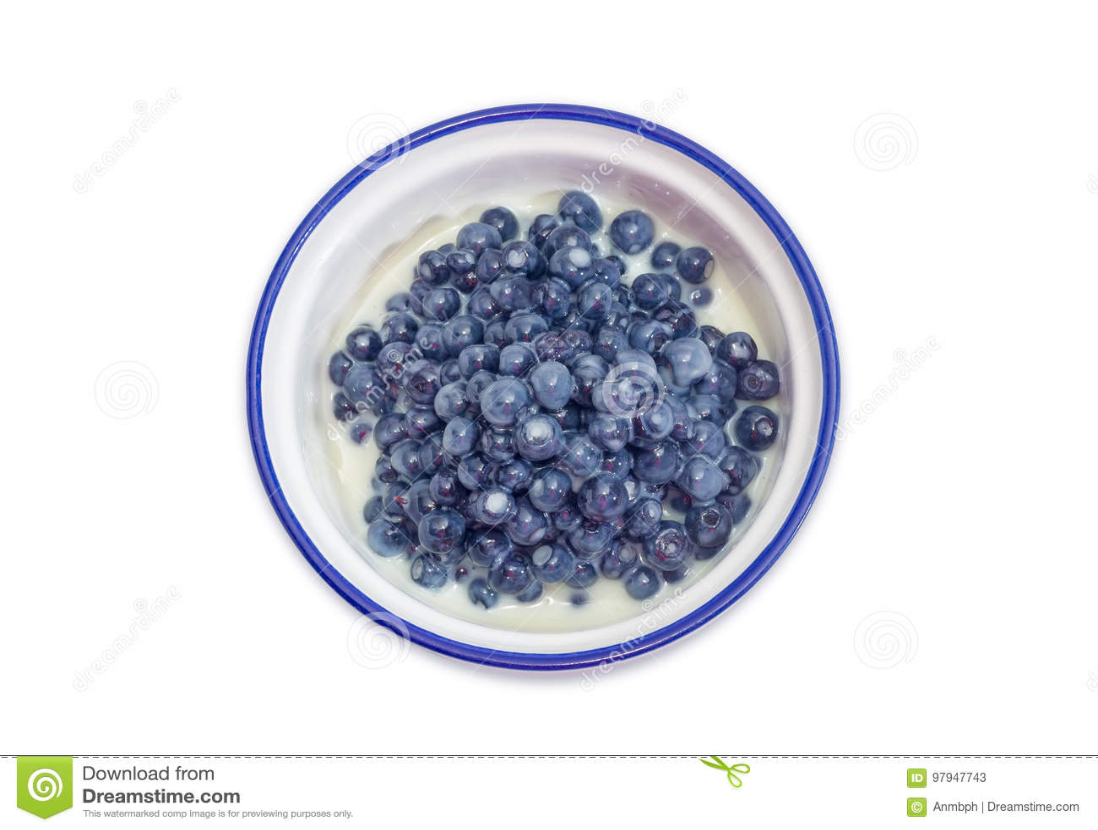 Vista superior da sobremesa da uva-do-monte com leite condensado abrandado